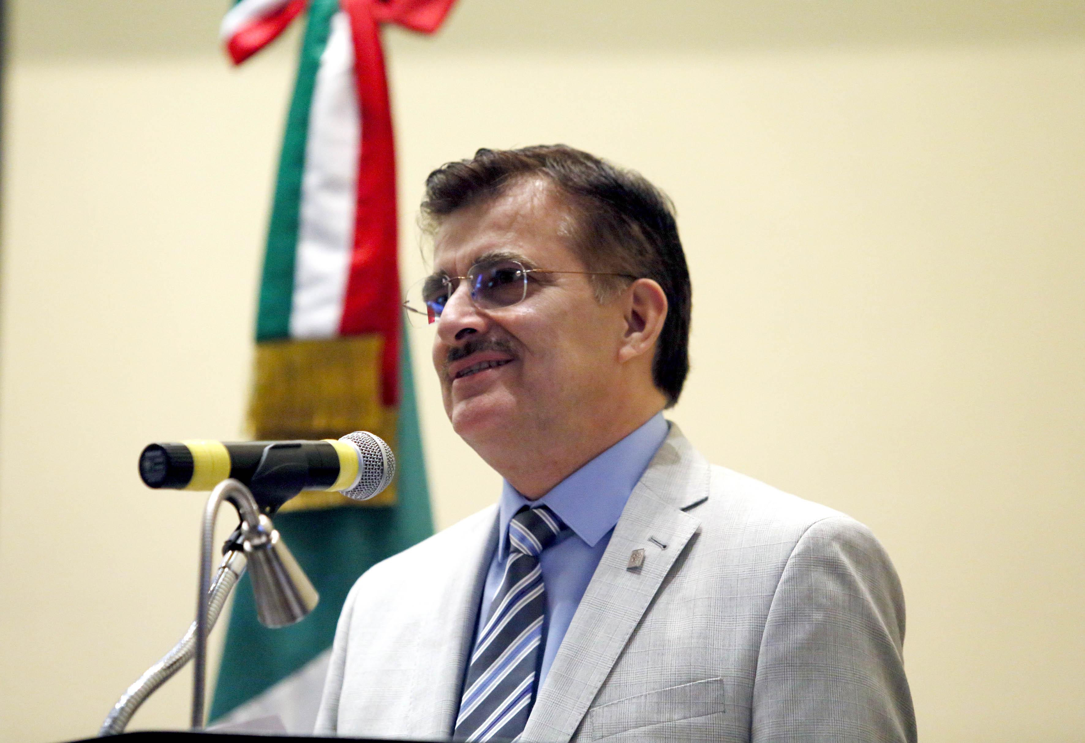 Maestro Itzcóatl Tonatiuh Bravo Padilla en acto de toma de protesta a nueva rectora de CUCEI