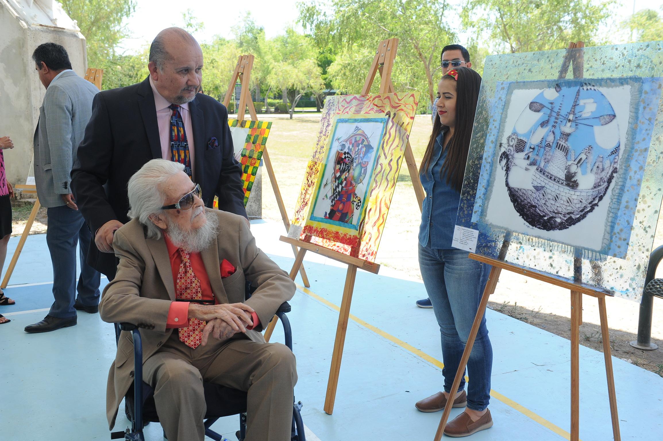 Fernando del Paso, escritor, dibujante, pintor, diplomático, académico mexicano y Doctor Honoris Causa por la Universidad de Guadalajara, recorriendo la exposición artística, en el Centro Universitario de los Valles (CUValles).