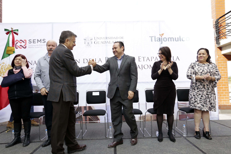 Rector General de la Universidad de Guadalajara, maestro Itzcóatl Tonatiuh Bravo Padilla, felicitando con un saludo de mano al Presidente Municipal de Tlajomulco, maestro Alberto Uribe Camacho; durante acto inaugural.