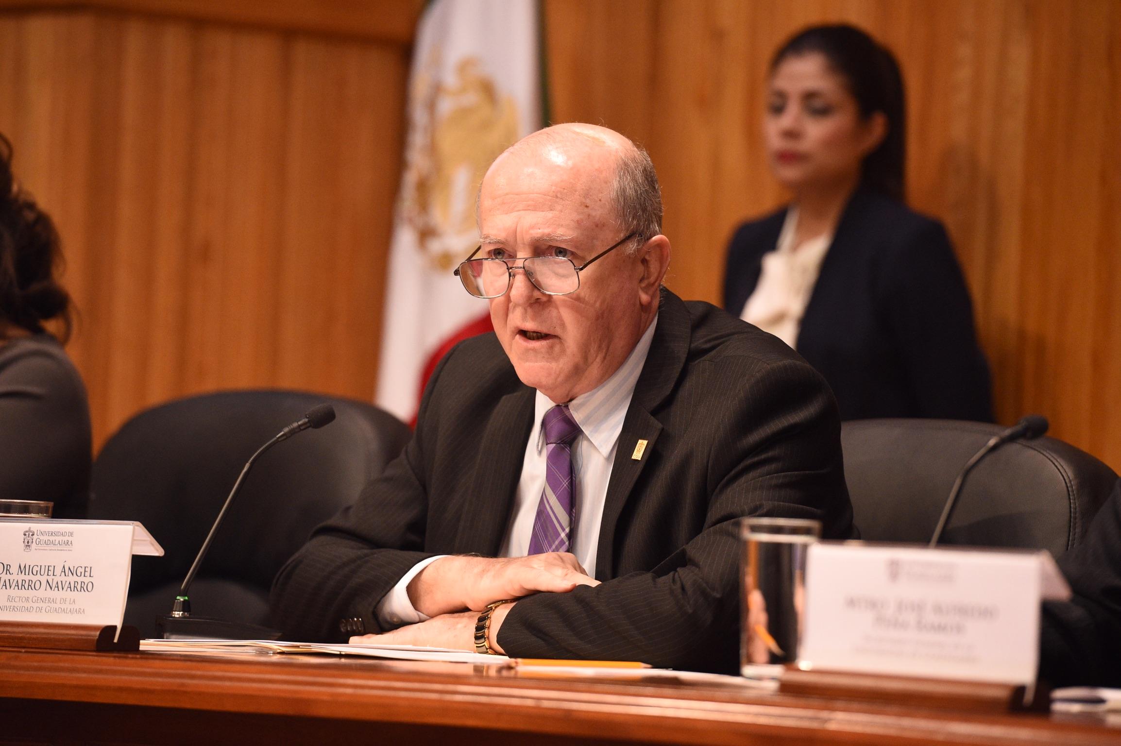 El Dr. Miguel Angel Navarro dirigiendose desde la mesa de presidium a toda la asamblea