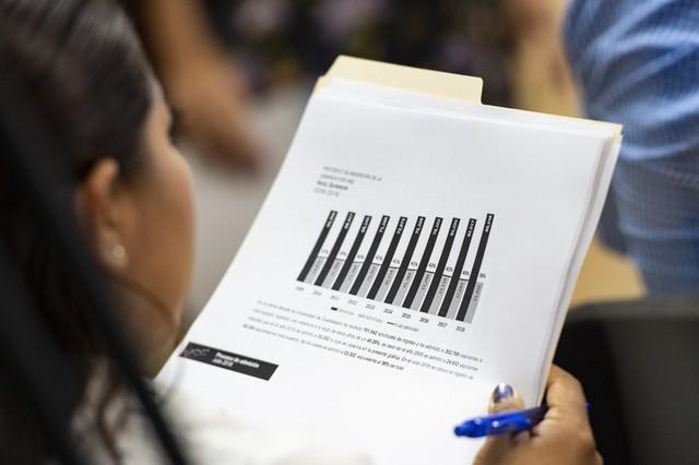 Mujer revisando las gráficas del comparativo de admisión