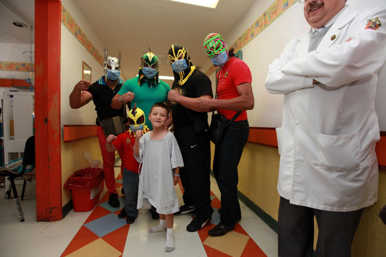 """Cinco luchadores visitando a niños enfermos, en el Nuevo Hospital Civil de Guadalajara """"Dr. Juan I. Menchaca""""."""