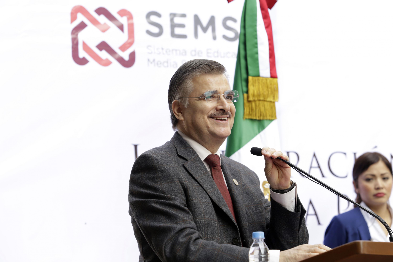 Rector General de la Universidad de Guadalajara, maestro Itzcóatl Tonatiuh Bravo Padilla, en podium del evento haciendo uso de la palabra.