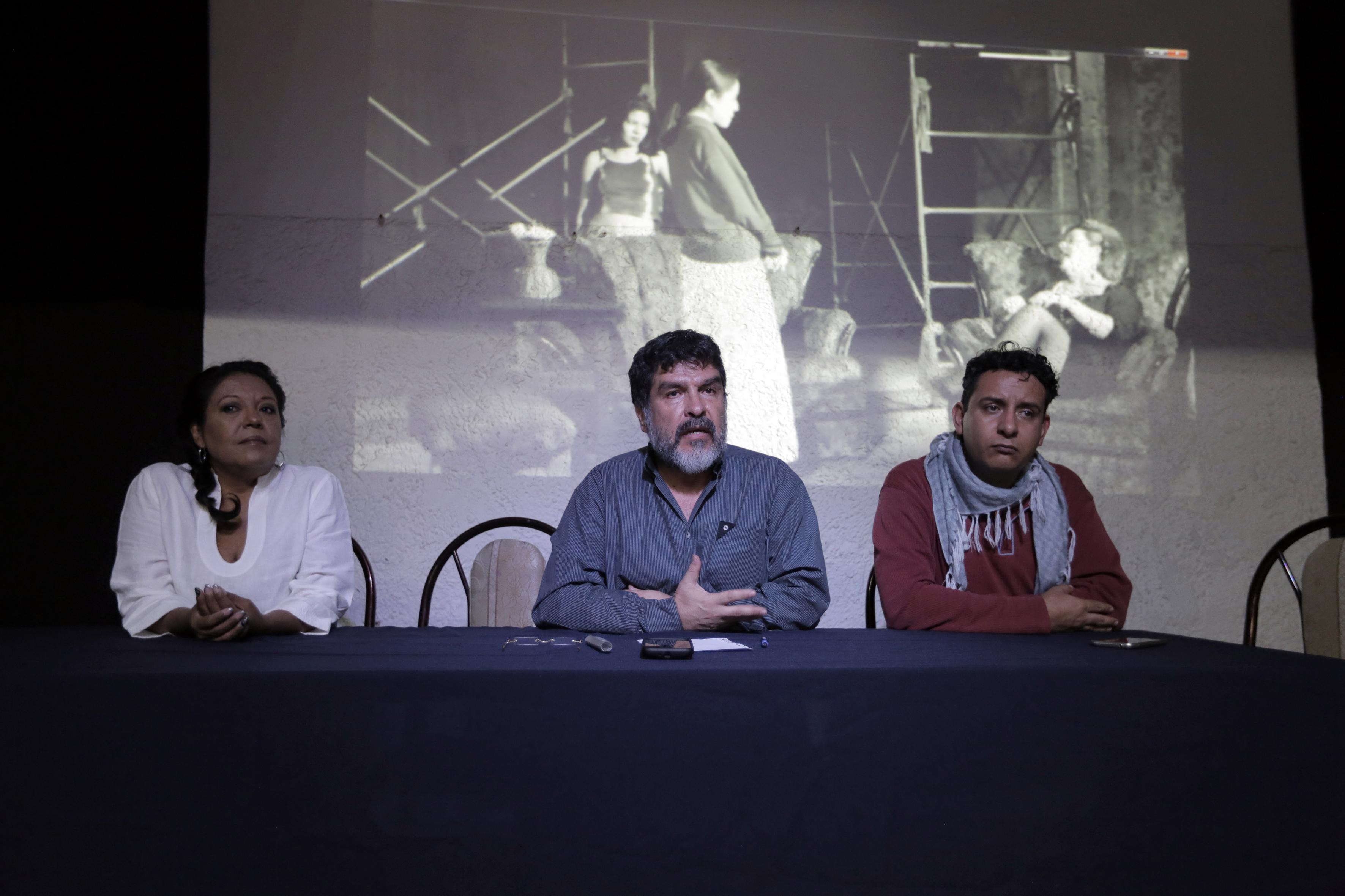 Doctor Carlos Vázquez Lomelí, jefe del Departamento de Artes Escénicas del Centro Universitario de Arte, Arquitectura y Diseño (CUAAD), participando en rueda de prensa.