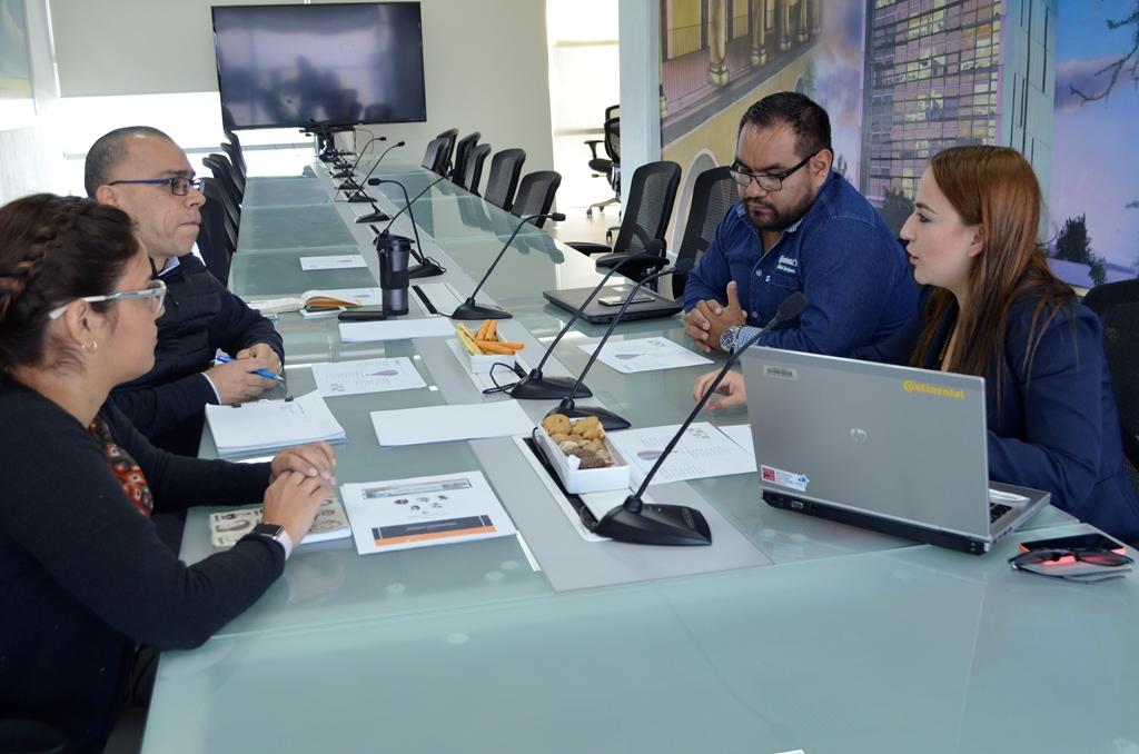 Representante de la empresa Continental Automotive Guadalajara, haciendo uso de la palabra durante reunión.