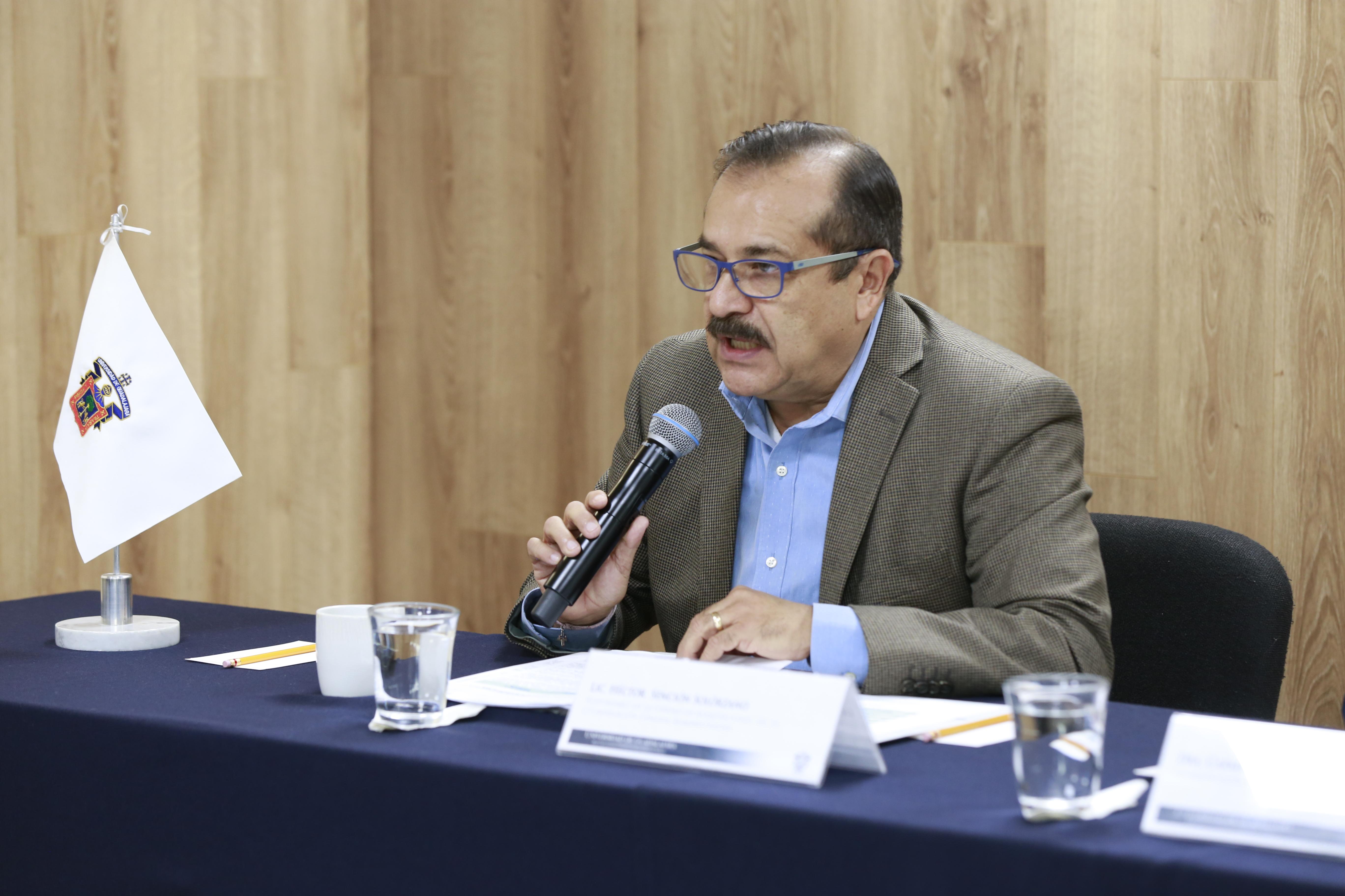 Lic.  Héctor Sención Solórzano, responsable de la Unidad de Adquisiciones haciendo uso de la palabra
