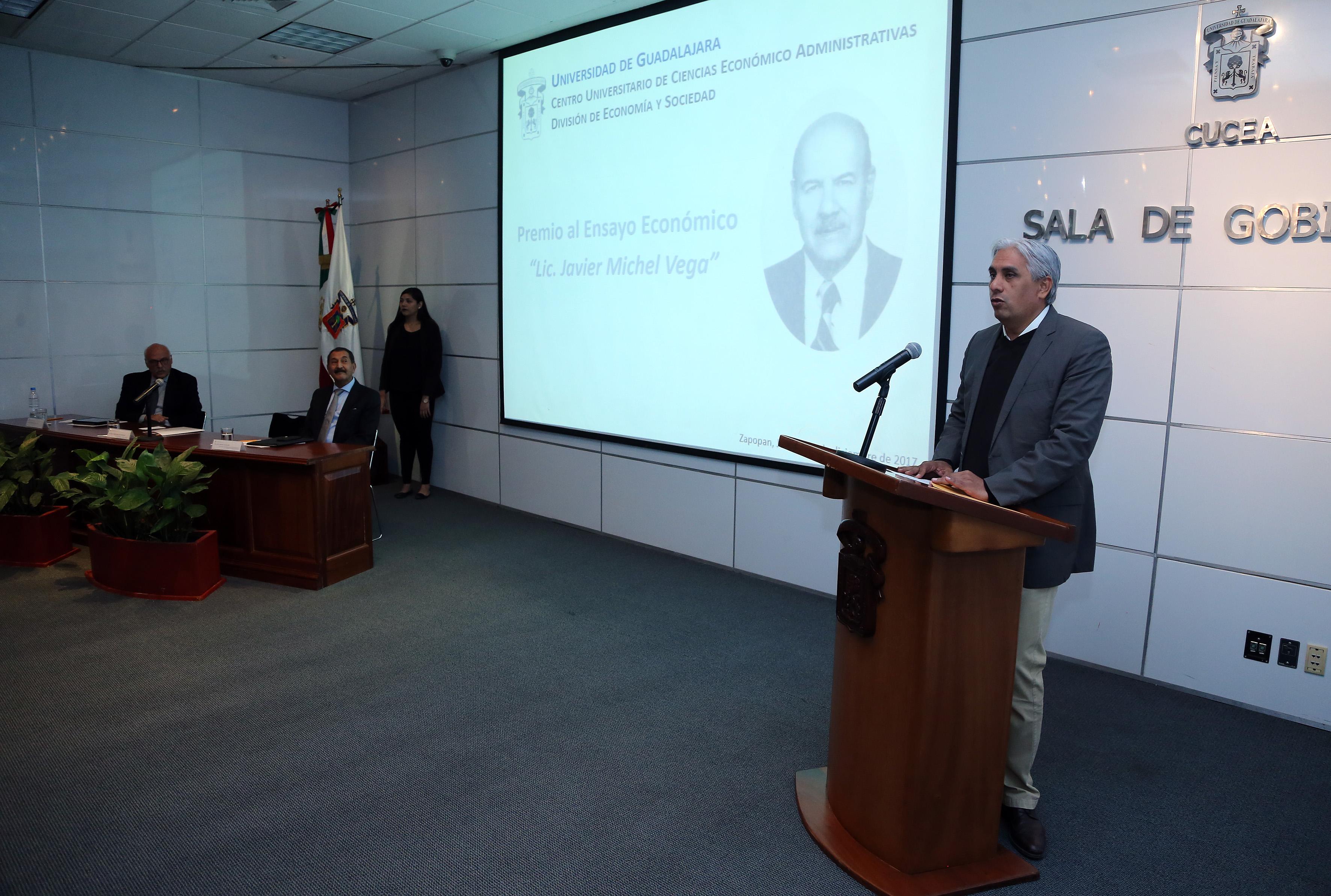 Dr.  José Alberto Becerra Santiago, secretario académico del CUCEA, haciendo uso de la palabra