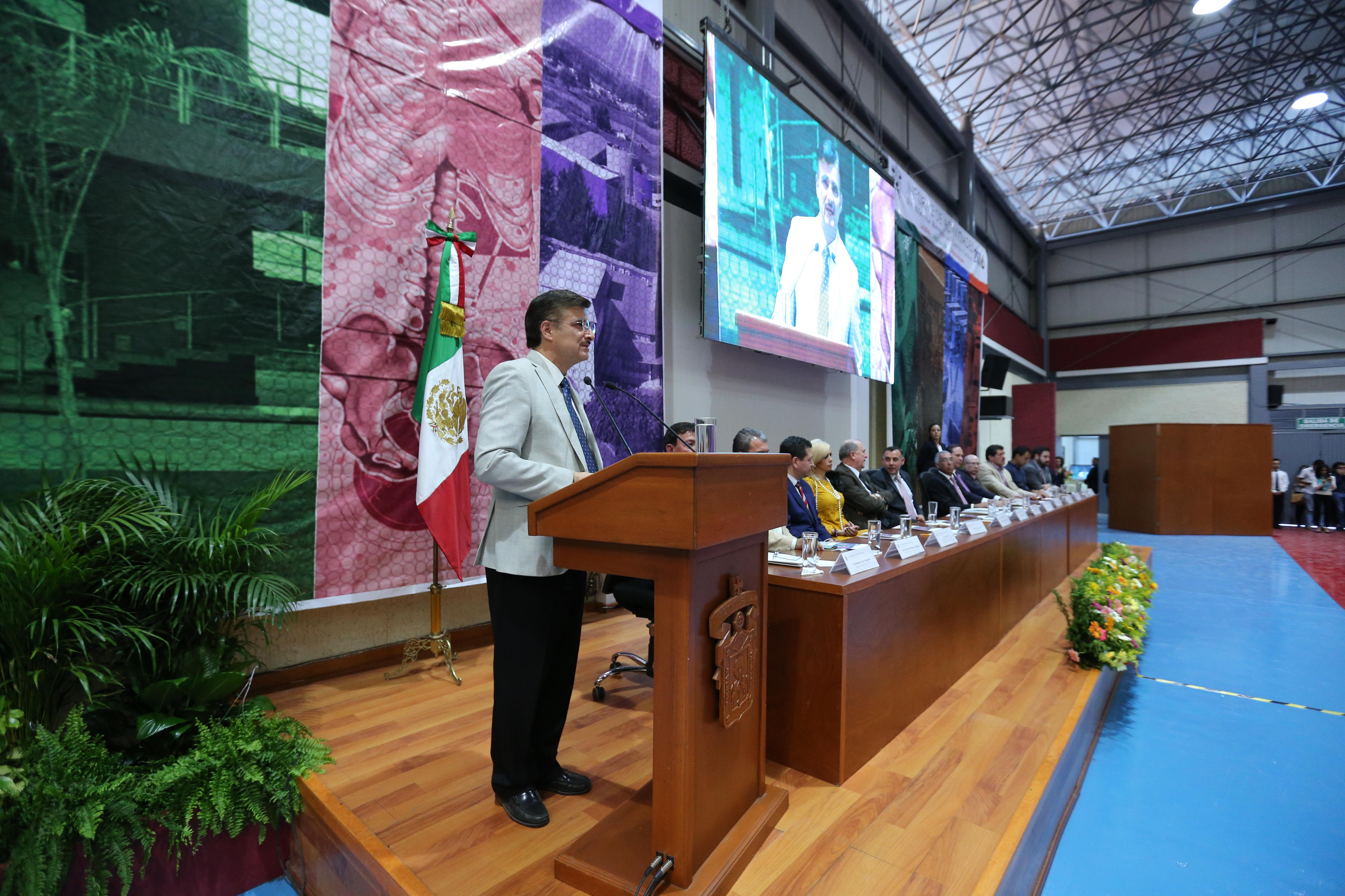 Rector General de la Universidad de Guadalajara, maestro Itzcóatl Tonatiuh Bravo Padilla haciendo uso de la palabra