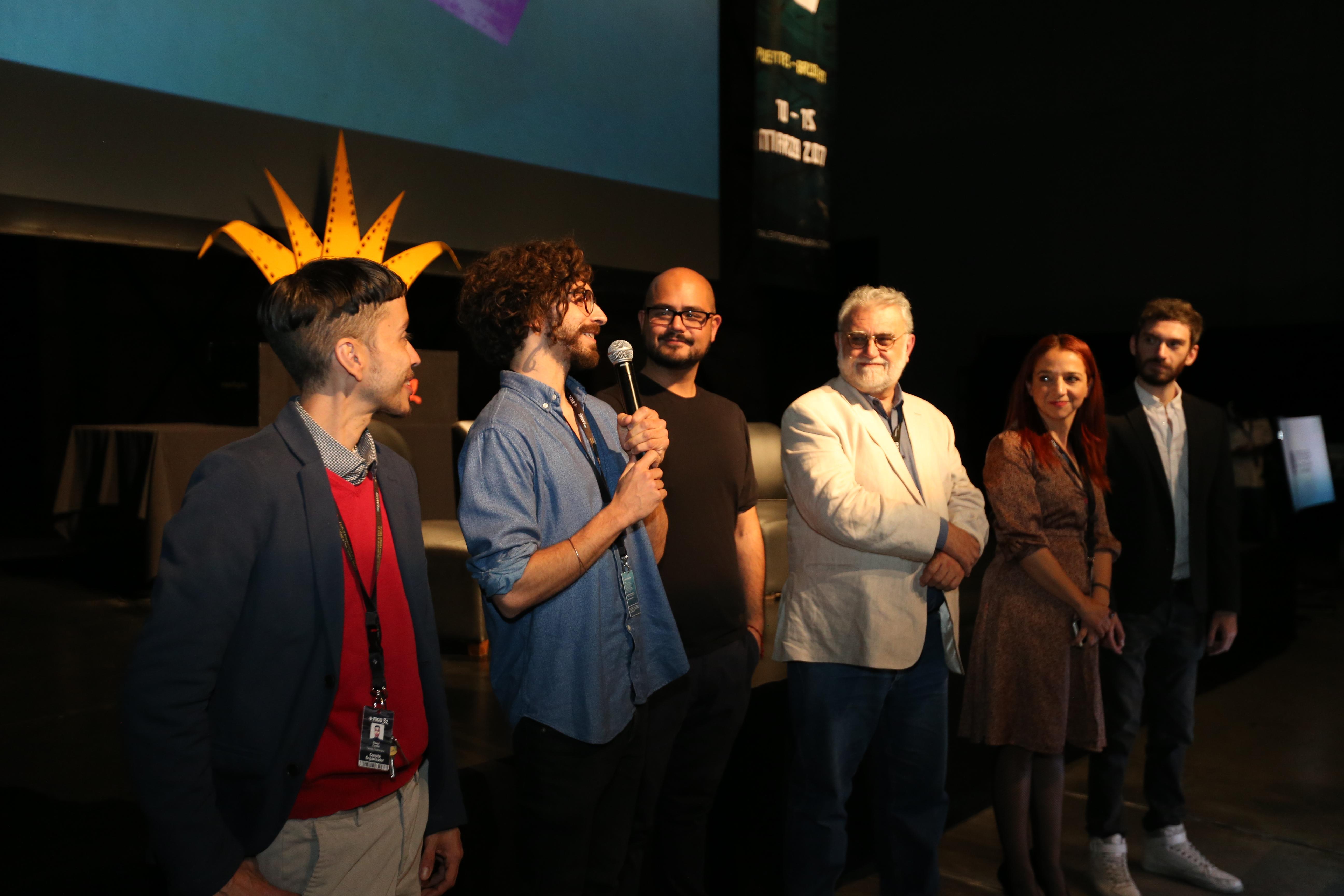 El coordinador del Berlinale Talents International, Matthias Campe; con micrófono en mano, haciendo uso de la palabra.