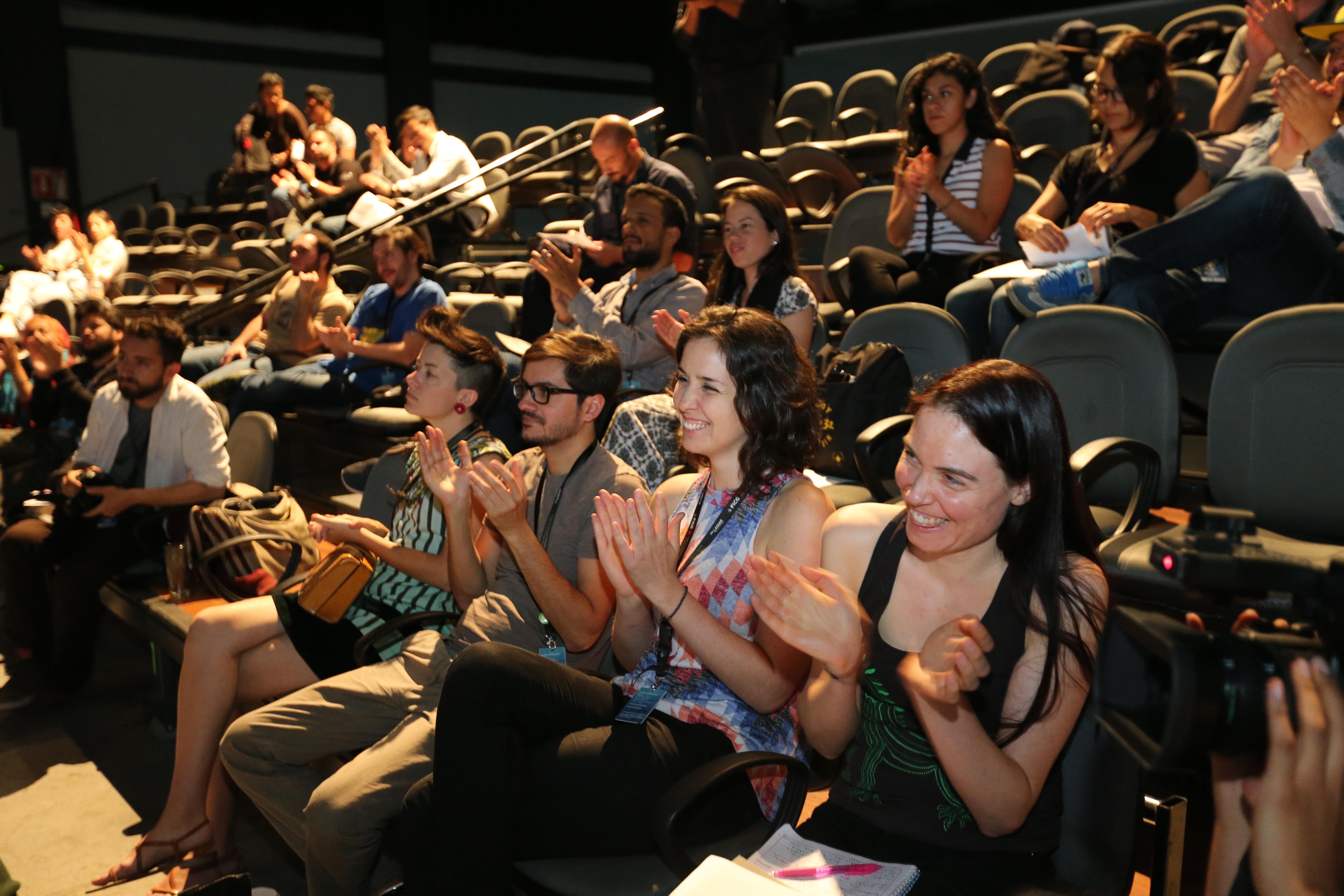 Vista panorámica del público asistente, aplaudiendo durante la clausura del evento.