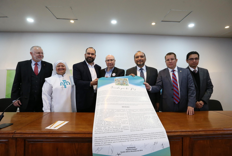 """El Acuerdo por la Paz, que abarca un """"Decálogo de Acciones"""" y que fue firmado este 10 diciembre por autoridades gubernamentales, miembros de la sociedad civil y universitarios, en el auditorio del Centro Universitario de Tonalá (CUTonalá), de la UdeG"""