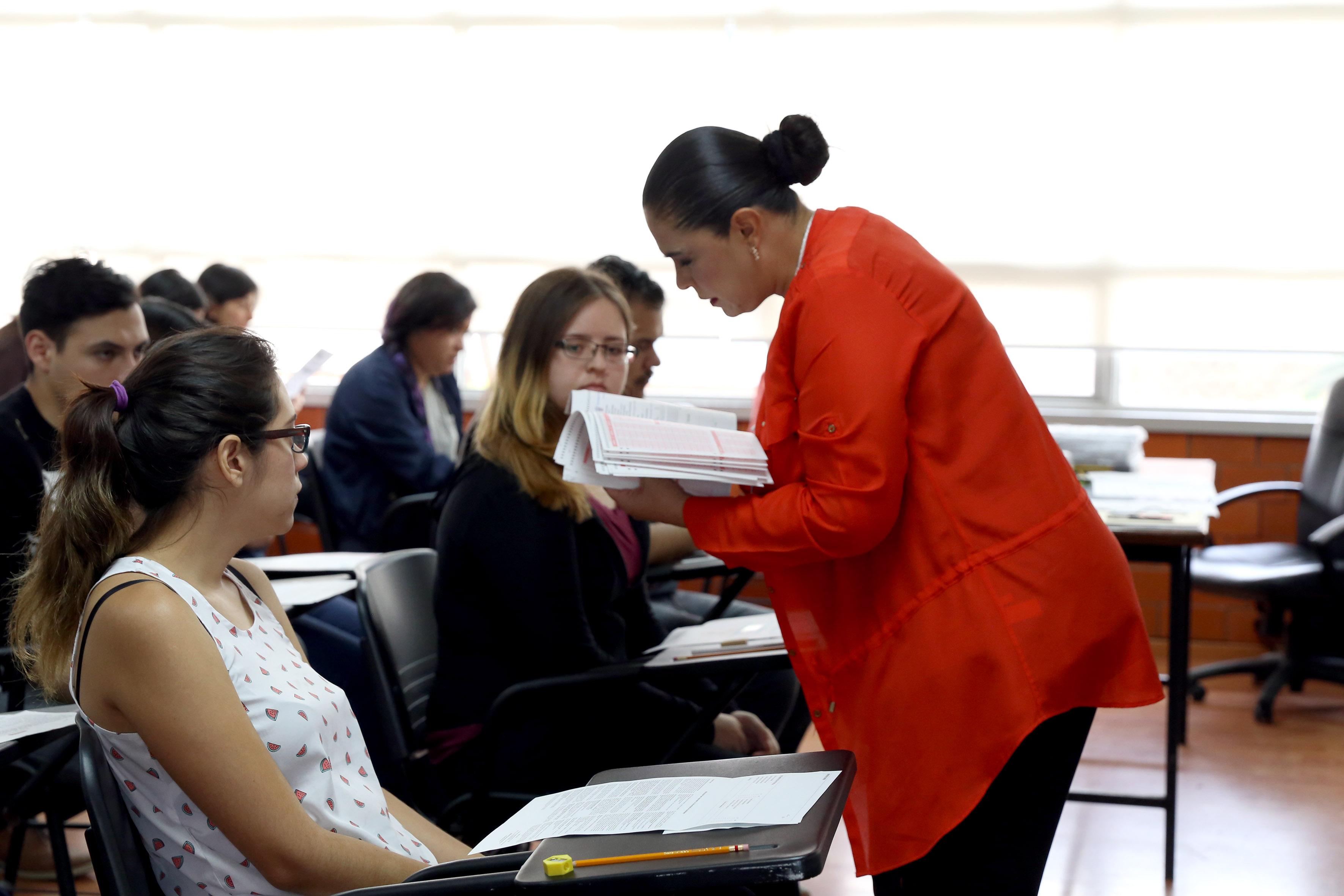 Aspirantes realizando prueba de aptitud académica