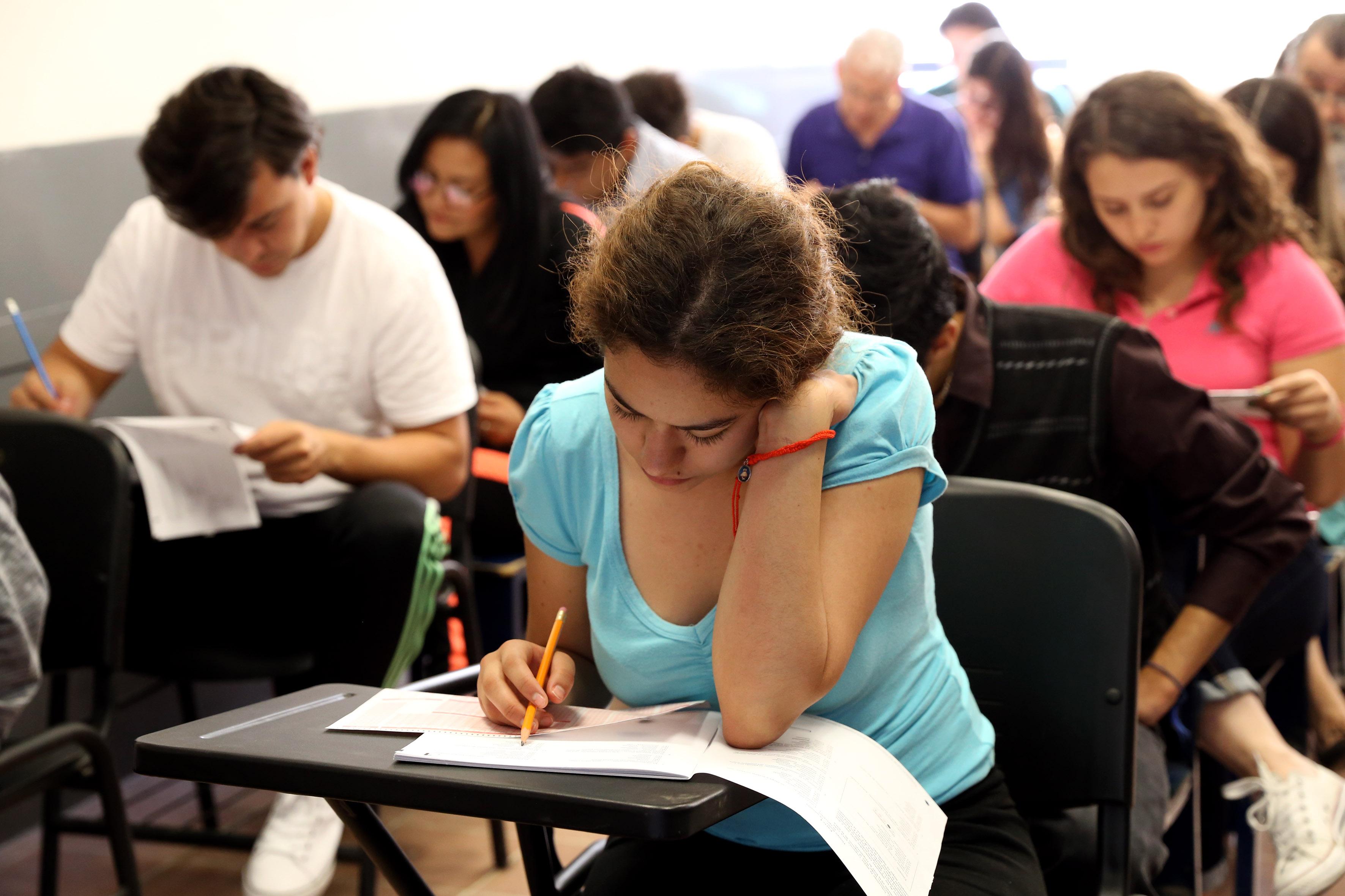 Aspirante realizando prueba de aptitud académica