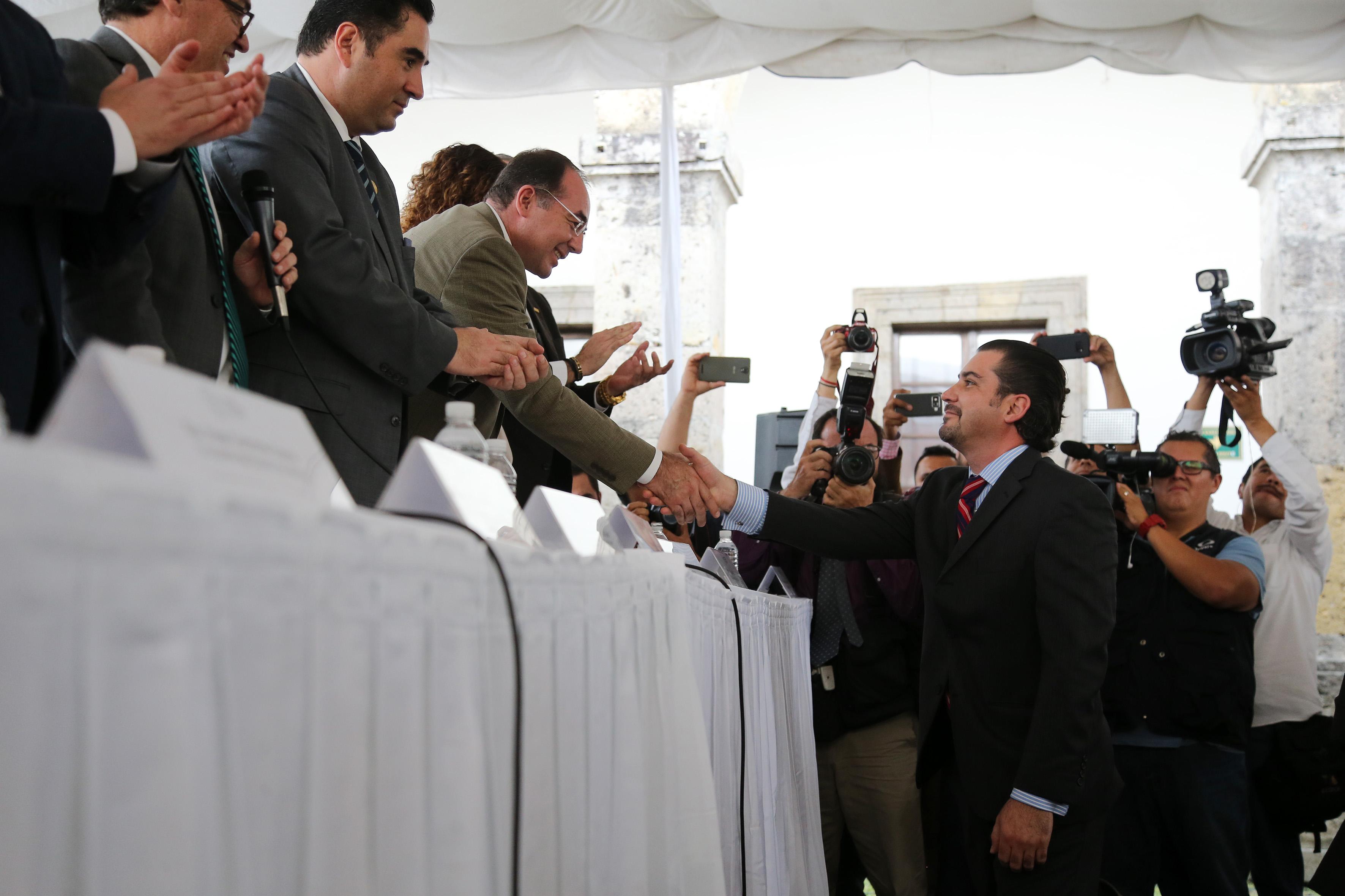 Doctor Jesús Ibarra Cárdenas, investigador del ITESO y politólogo egresado de la Universidad de Guadalajara, agradeciendo a miembros del presídium, por su nombramiento.
