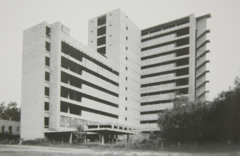 """Fotografía de archivo del Nuevo Hospital Civil de Guadalajara """"Dr. Juan I. Menchaca"""", durante su construcción."""