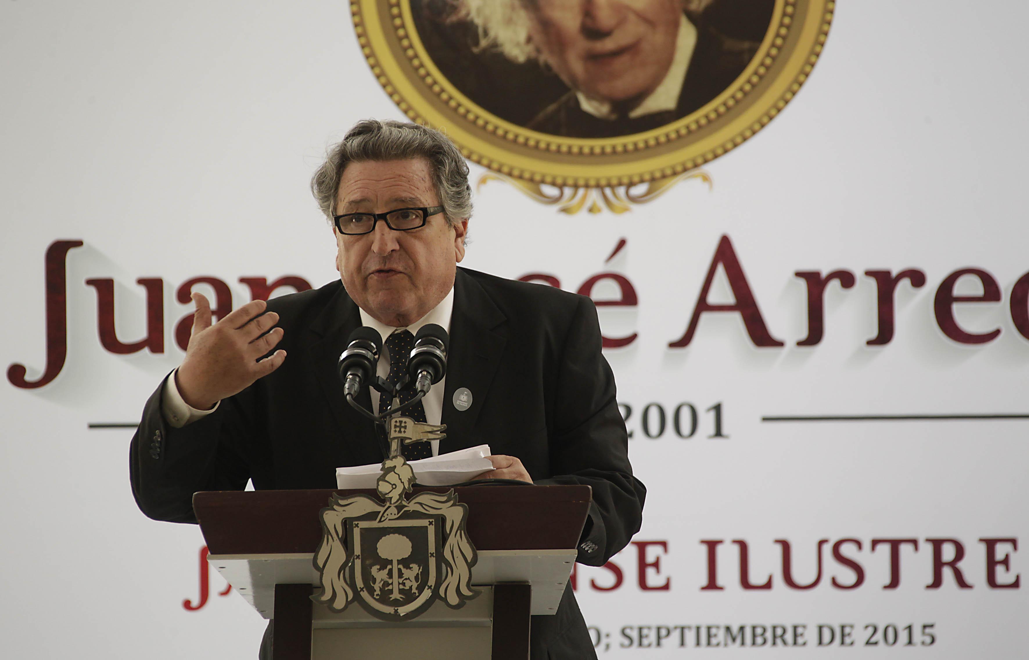 Orso Arreola, hijo del escritor Juan José Arreola, hablando frente a microfono