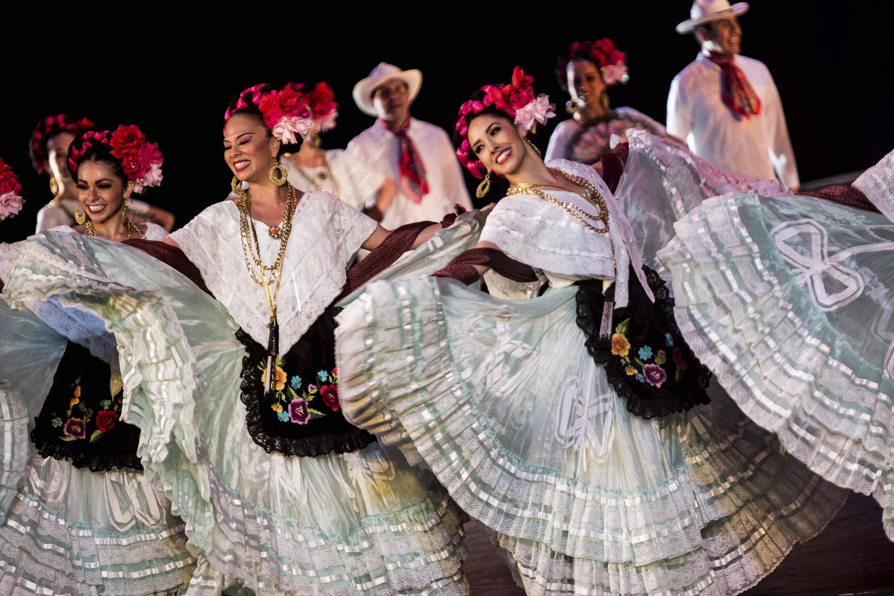 Ballet Folclórico de la Universidad de Guadalajara presentando en palacio bellas artes