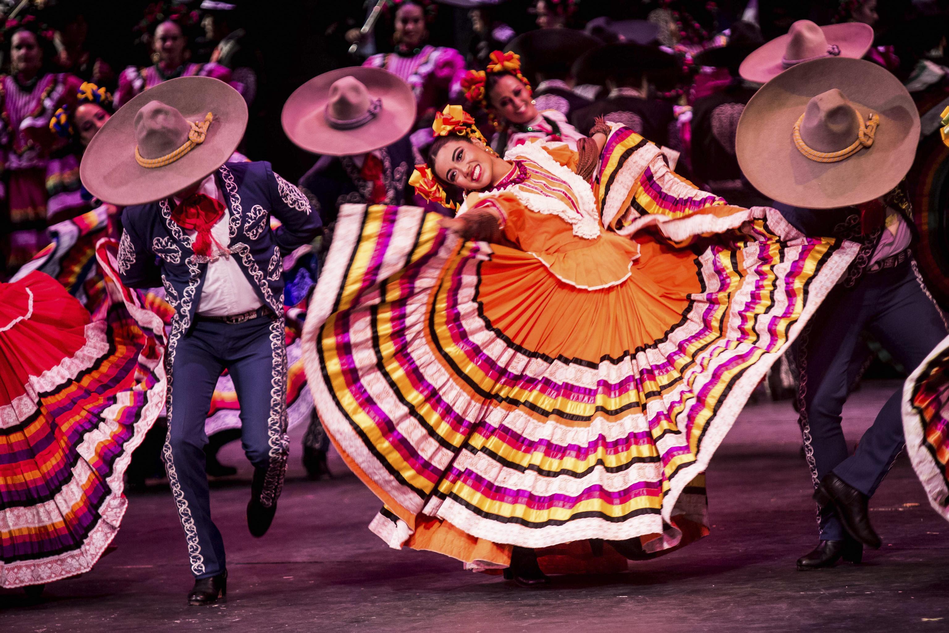 Pareja de el Ballet Folclórico con vestimenta tradicional mexicana