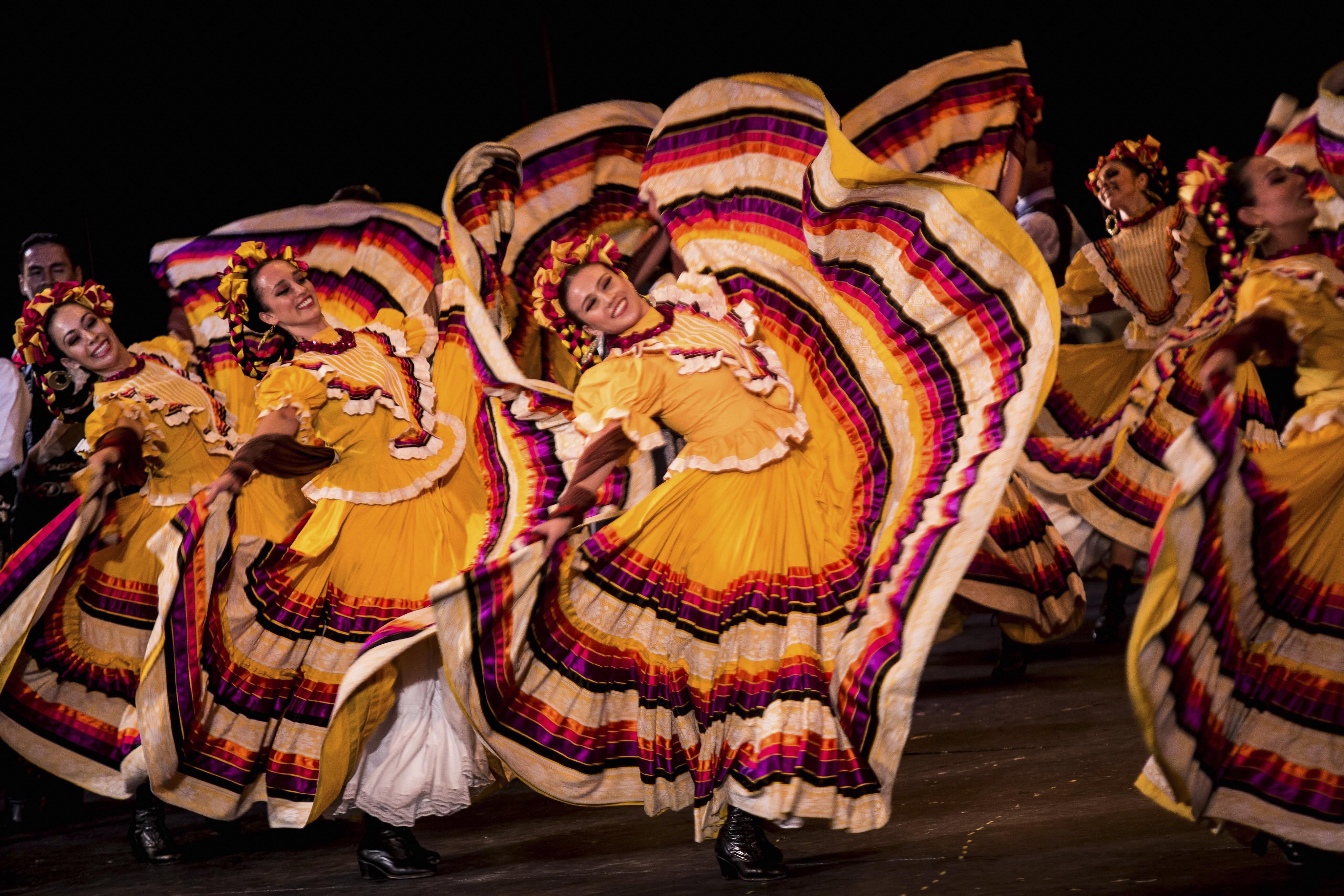 grupo de chicas del ballet en bailable tradicional mexicano