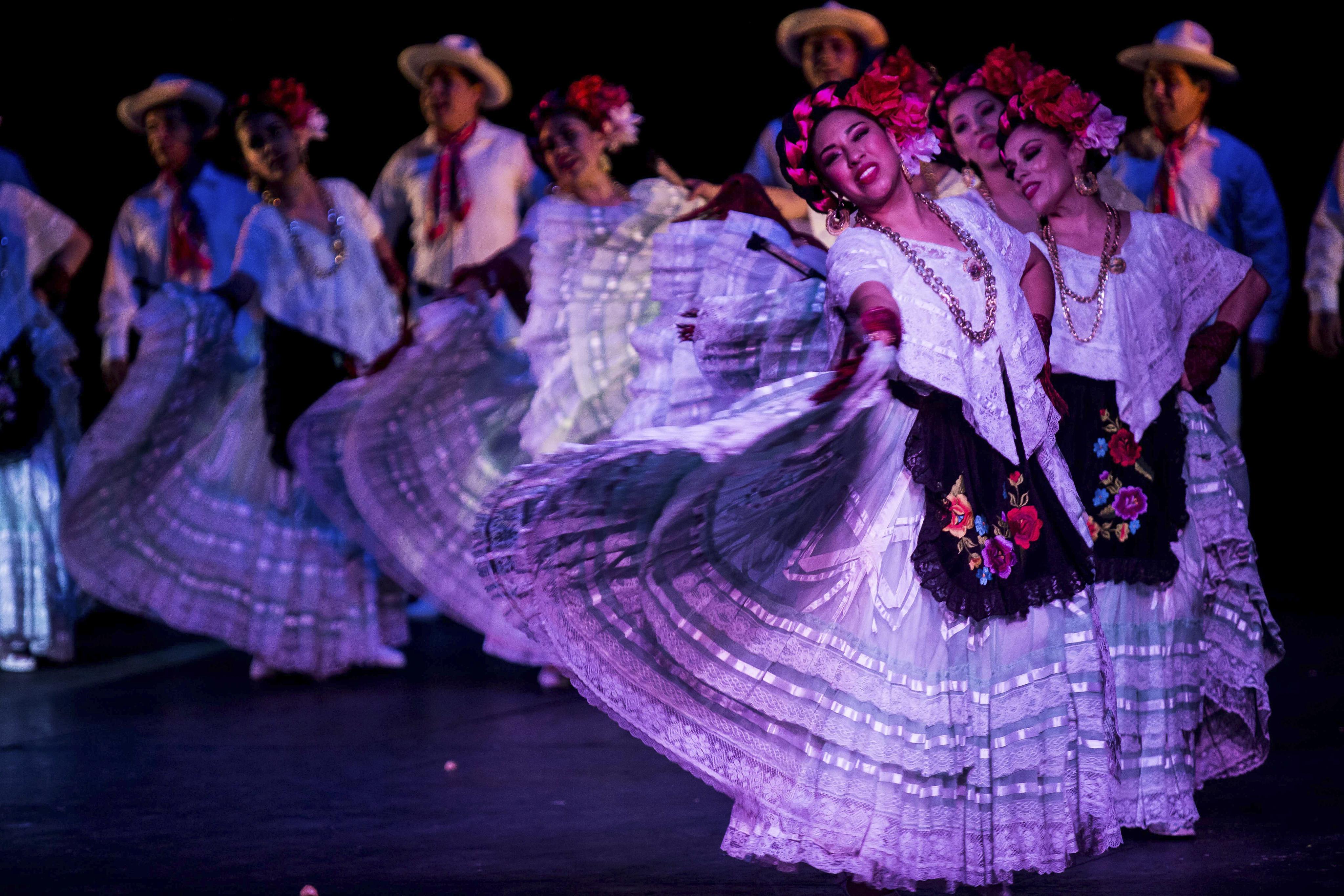 las chicas de el Ballet Folclórico bailando en palacio belals artes