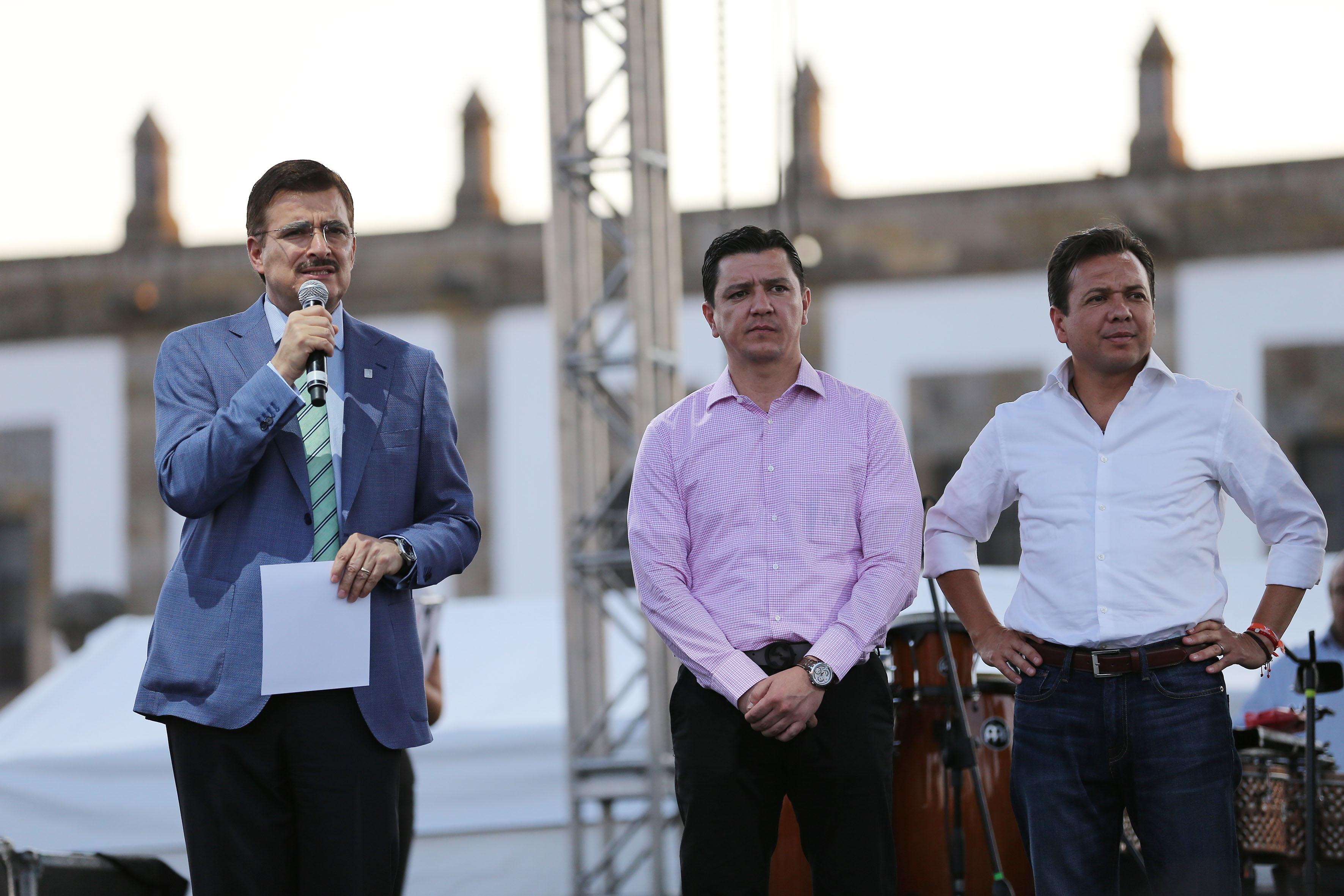 Mtro. Itzcóatl Tonatiuh Bravo Padilla haciendo uso de la palabra en el evento