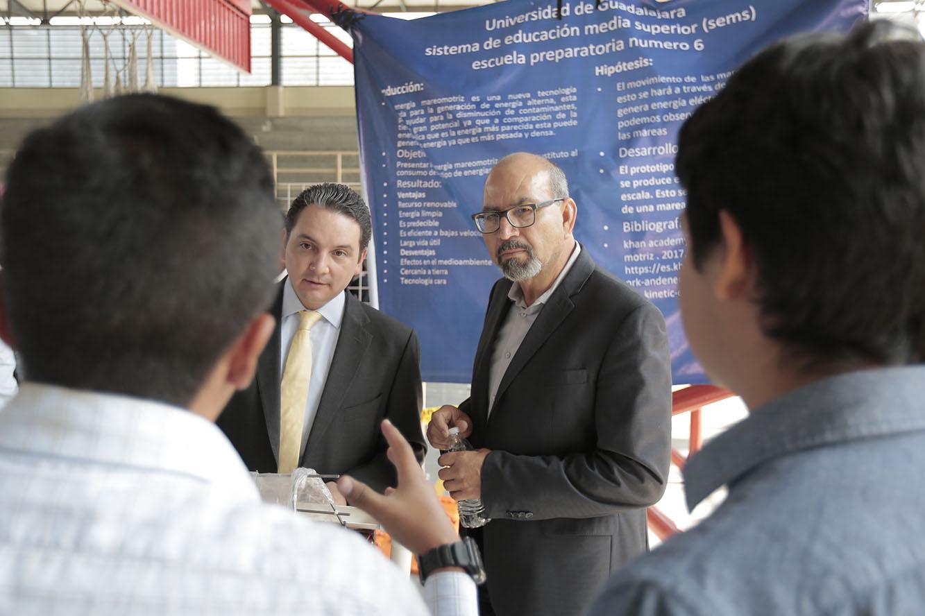 Maestro Alejandro Luthe Ríos, subsecretario de educación media superior de la Secretaría de Educación Jalisco, y maestro Ernesto Herrera Cárdenas, secretario académico del Sistema de Educación Media Superior (SEMS), participando en reunión