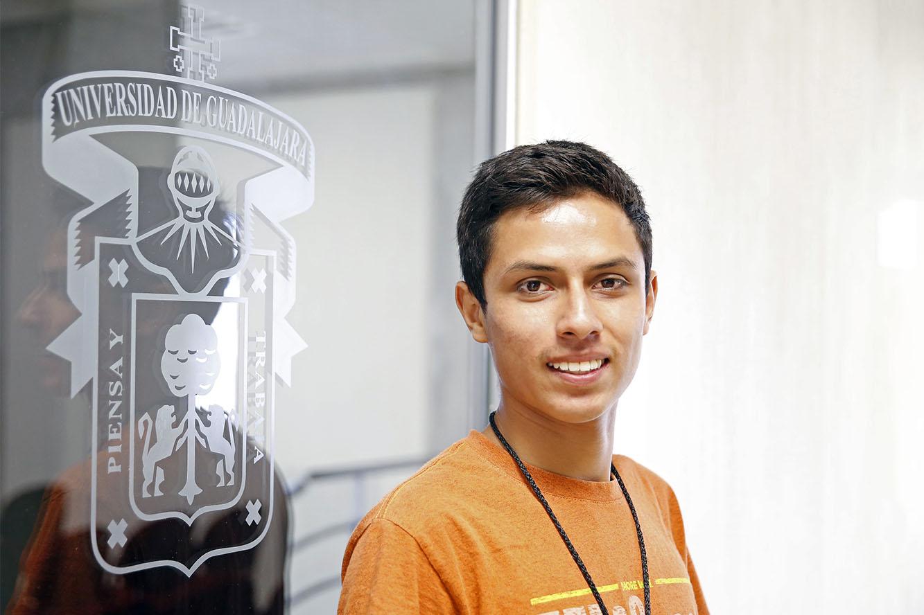 Christopher Josué Medrano González, alumno de la Preparatoria de Tonalá de la Universidad de Guadalajara, sonriendo ante la cámara.