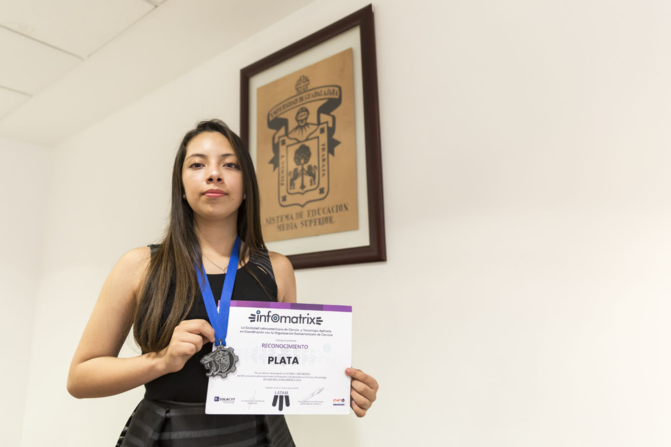 Alumna de bachillerato Karla Yaneth Partido Rueda mostrando su reconocimiento del XII Concurso Latinoamericano de Proyectos Estudiantiles Infomatrix