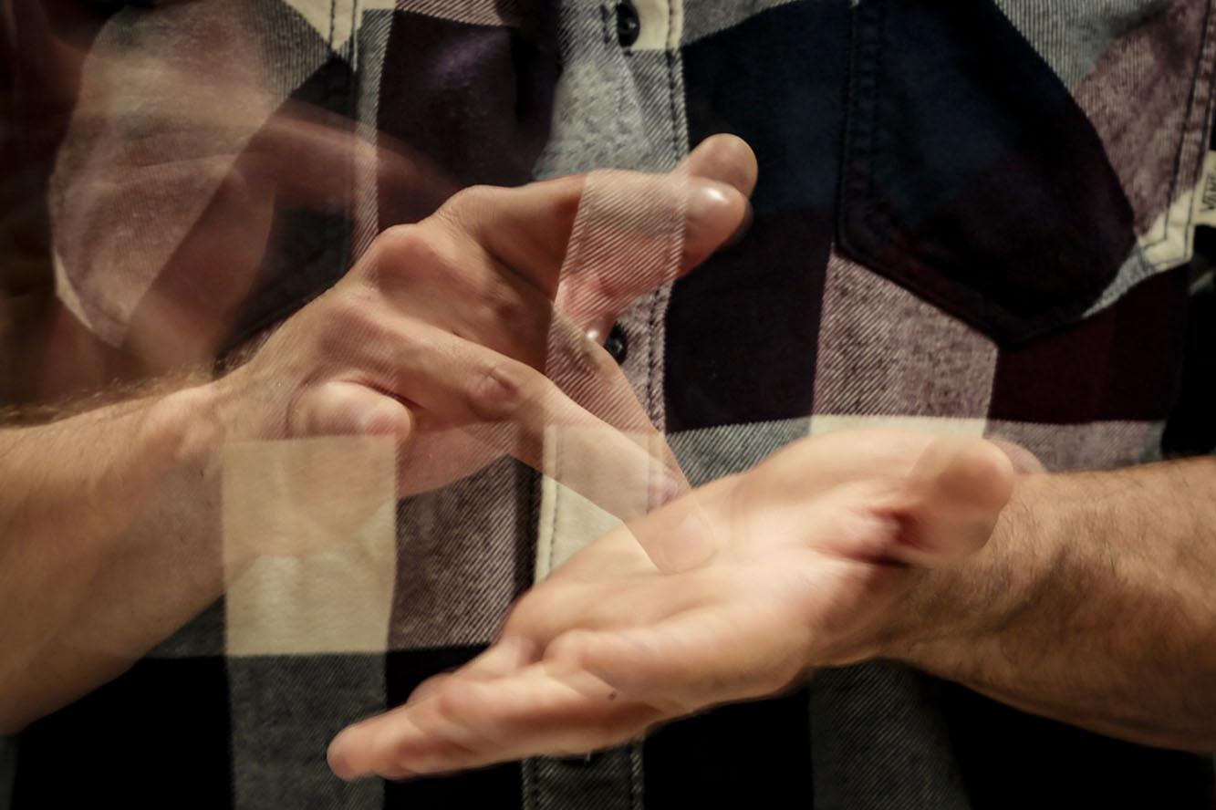 Persona comunicándose con el lenguaje de señas