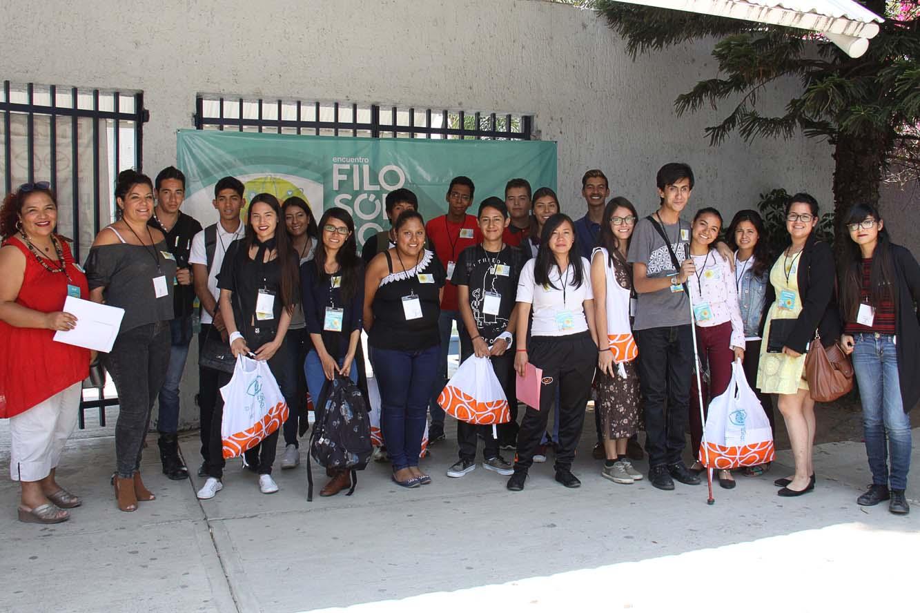 La licenciada Lilia Mendoza Roaf posa con un nutrido grupo de estudiantes de bachillerato durante el encuentro filosófico 2017