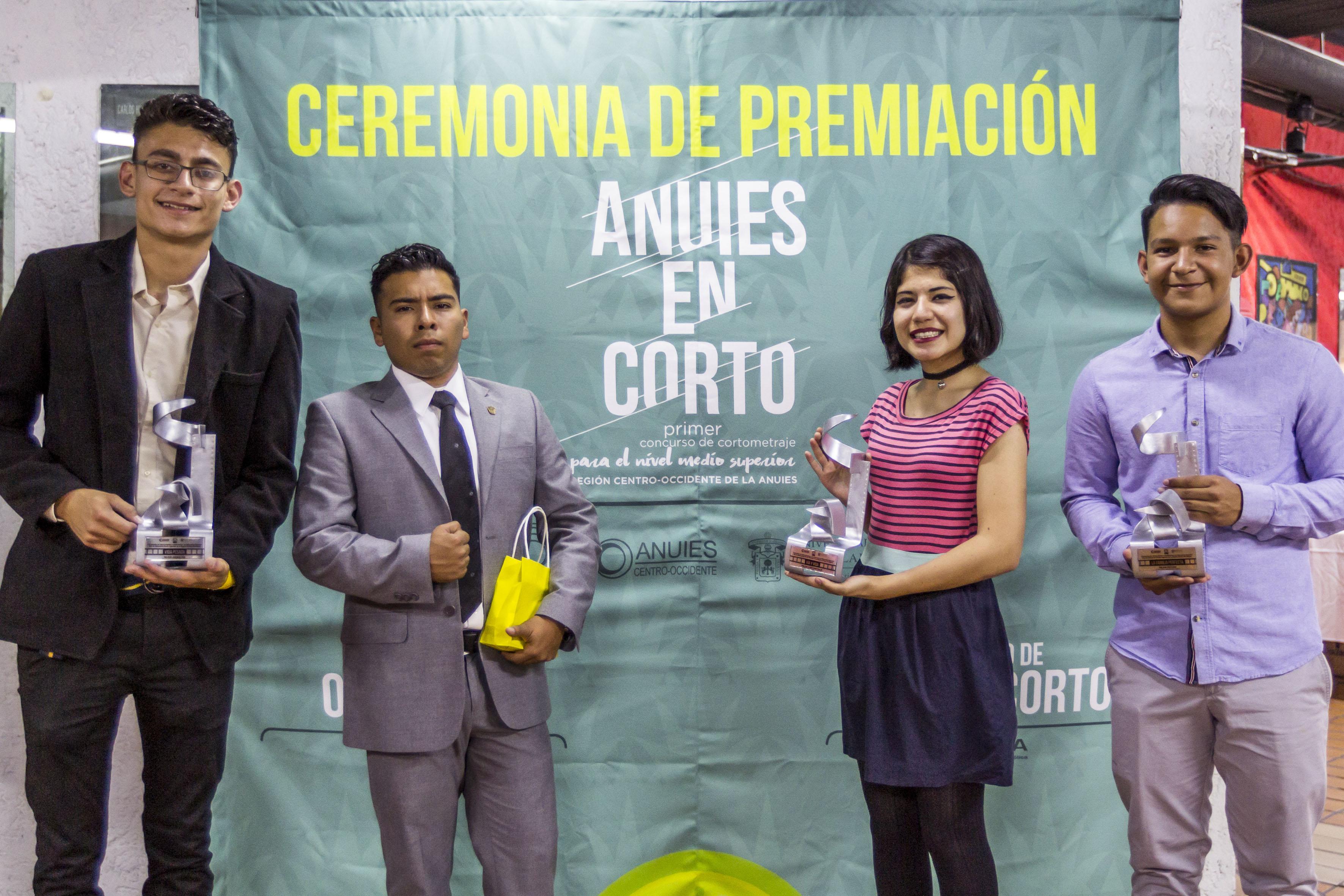 Estudiantes del SEMS, ganadores de los concursos de la Red de Educación Media Superior de la Región Centro-Occidente de la Asociación Nacional de Universidades e Instituciones de Educación Superior (ANUIES); mostrando sus galardones.