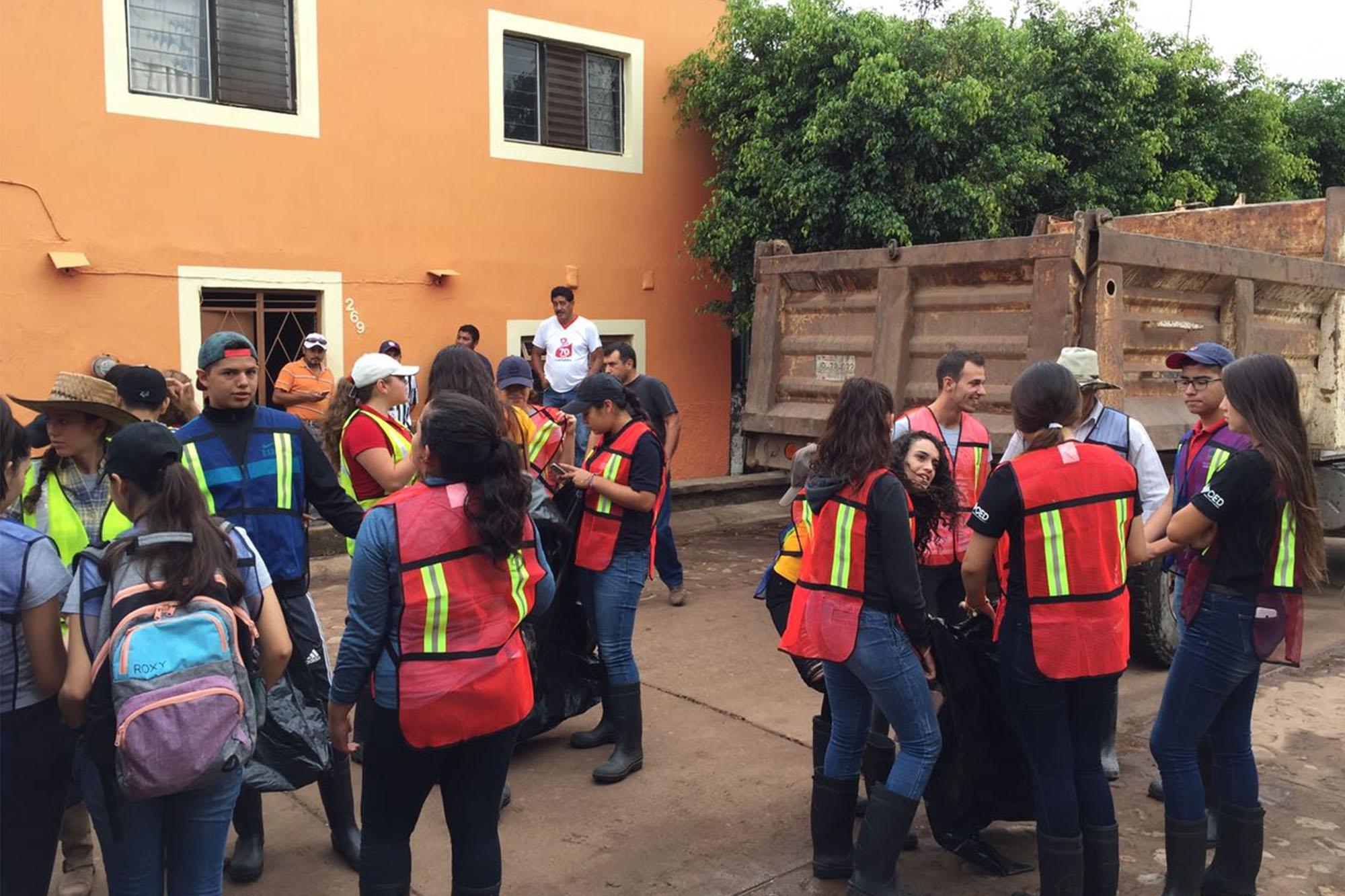 Bachilleres de la Preparatoria de Unión de Tula [1] del Sistema de Educación Media Superior (SEMS) de la Universidad de Guadalajara (UdeG) apoyando a familias de las comunidades de Unión de Tula y de San Cayetano