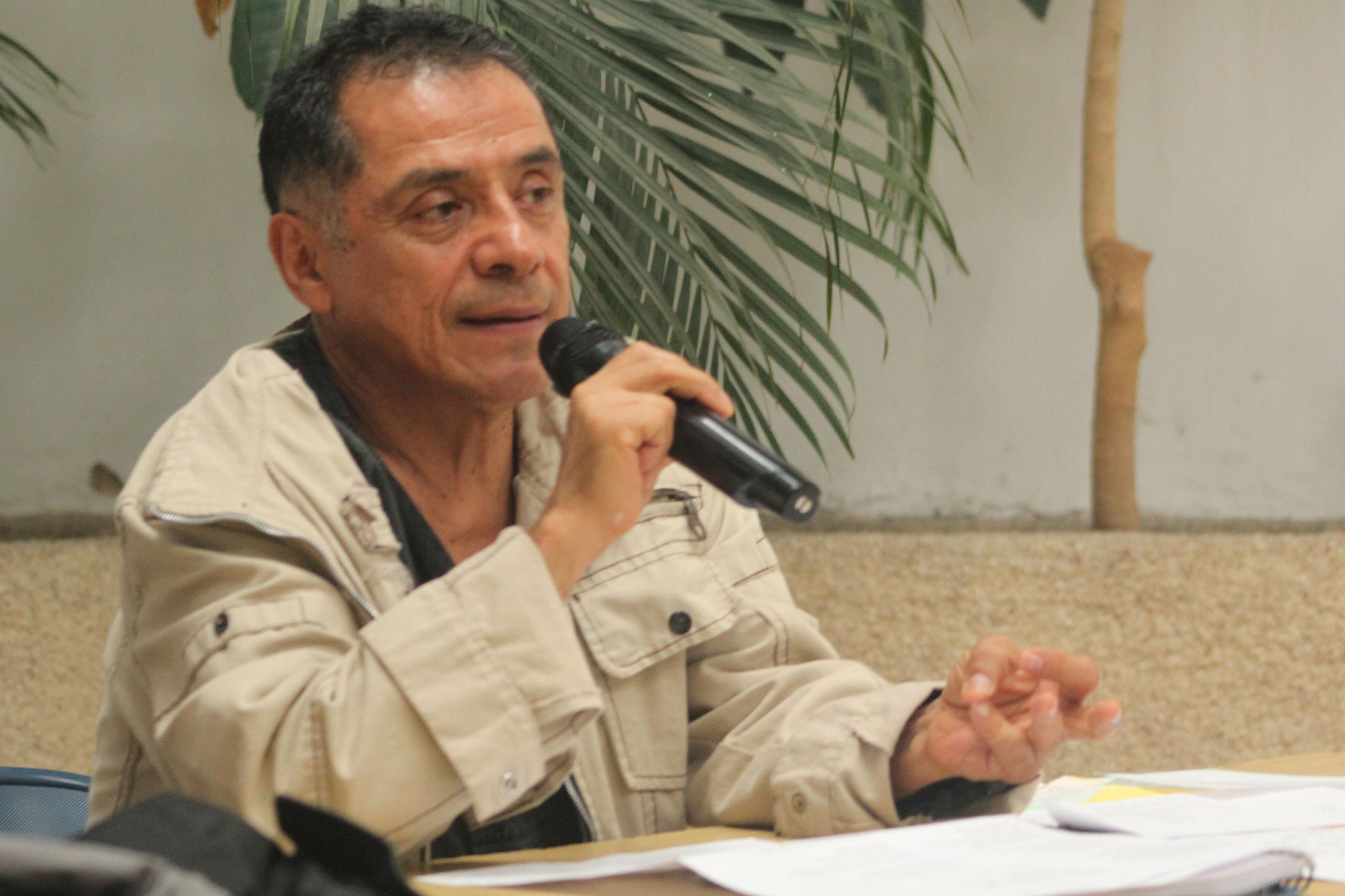 Escritor Raúl Bañuelos, participando en el café literarios de la preparatoria 7