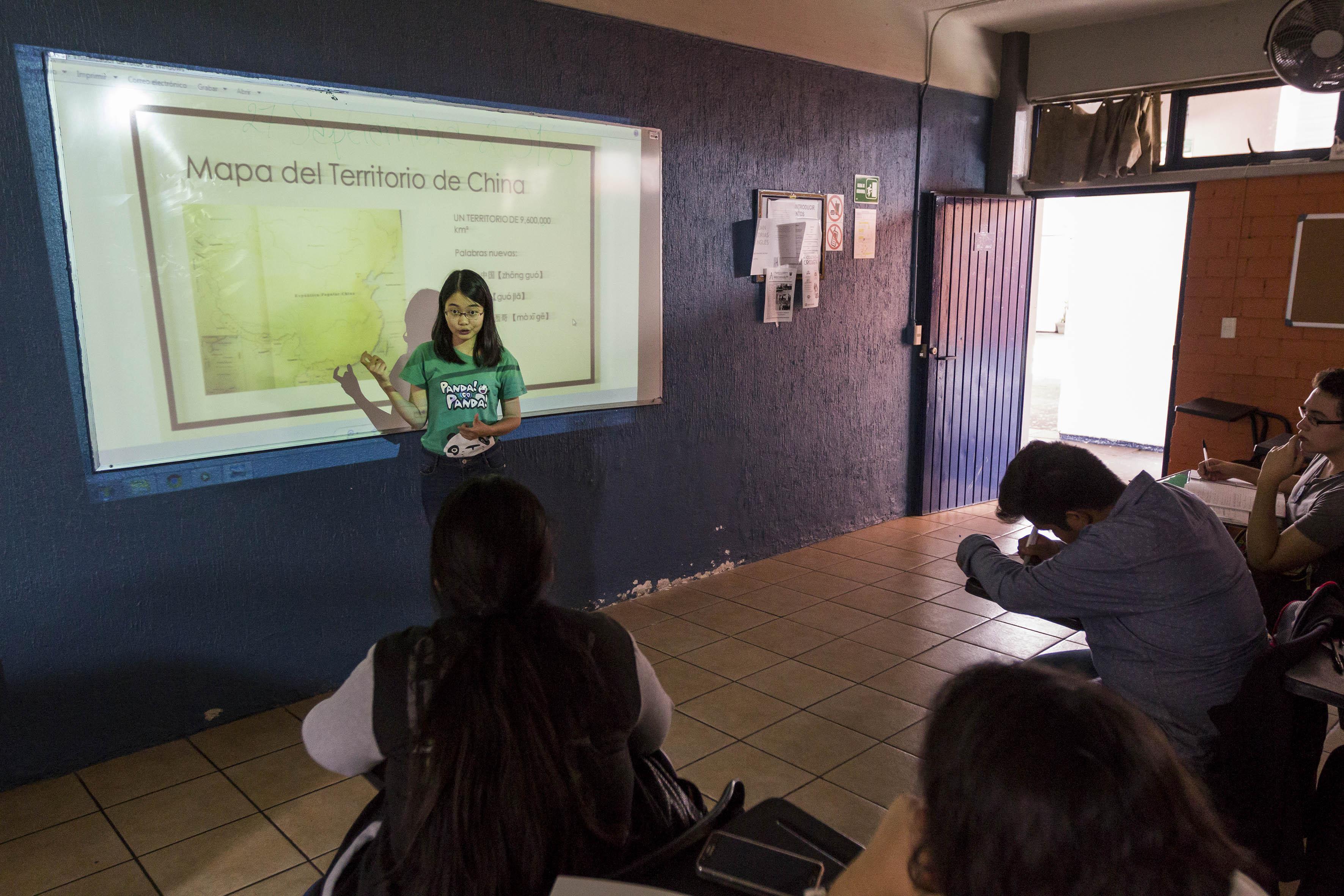 Profesora impartiendo clases de chino mandarín