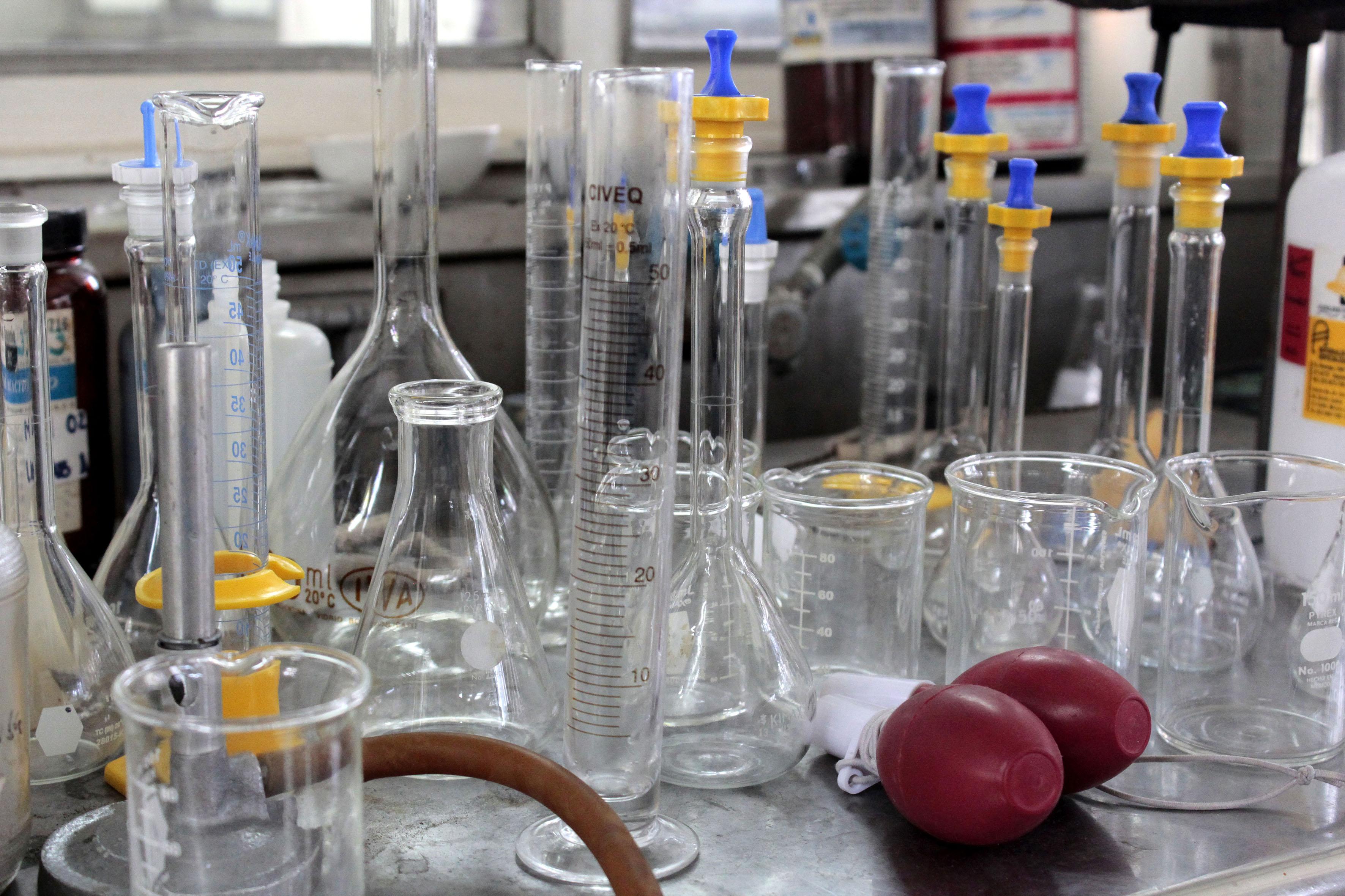 Equipo y materiales de laboratorio de química.