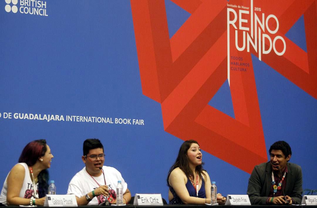 Niño con lentes participante en el evento de Bookstubers de la FIL 2015; y acompañado  de adultos jóvenes panelistas, se encuentra hablando frente a micrófono de la mesa del panel.