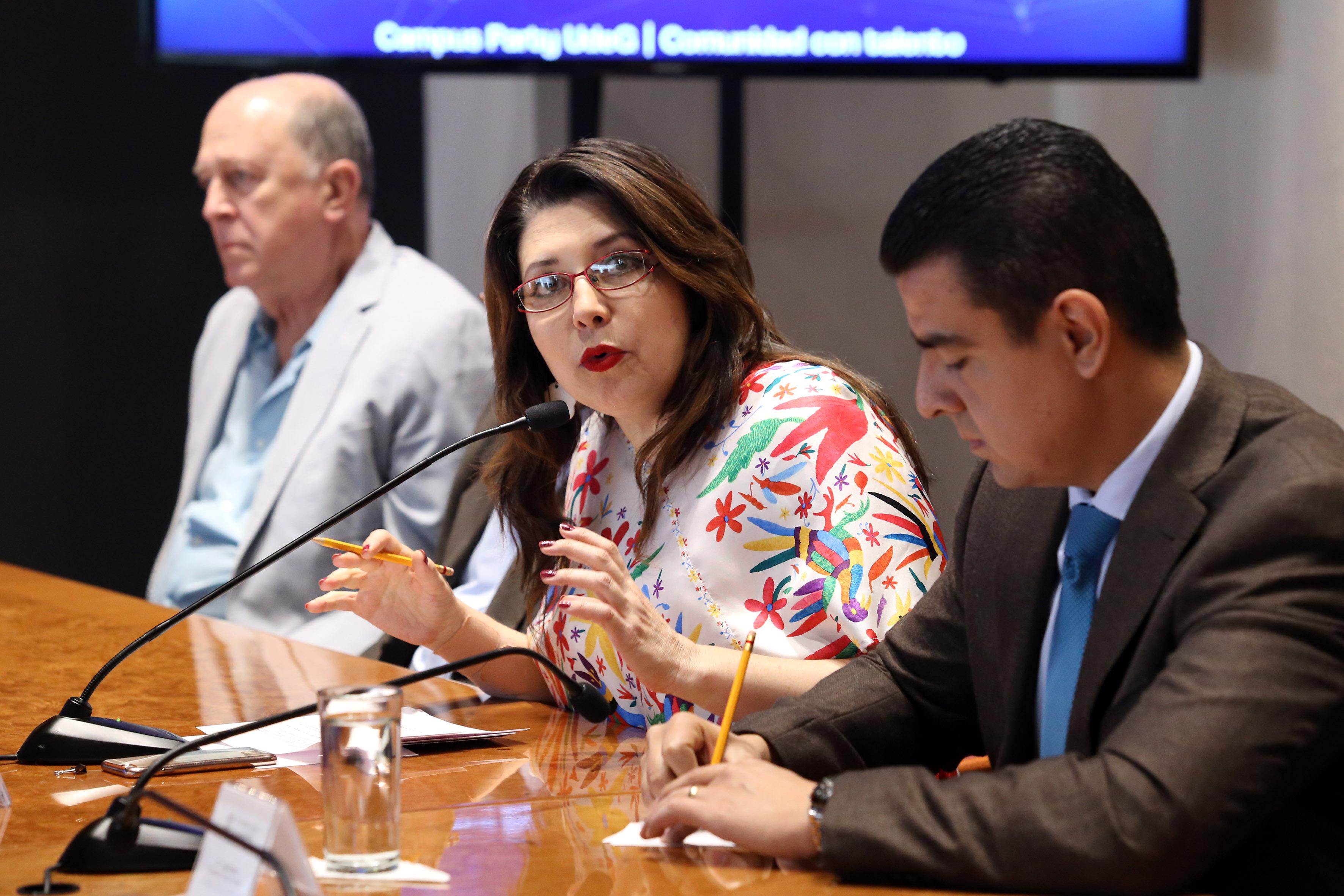 Doctora Carmen Enedina Rodríguez Armenta, haciendo uso de la palabra en sala de conferencias