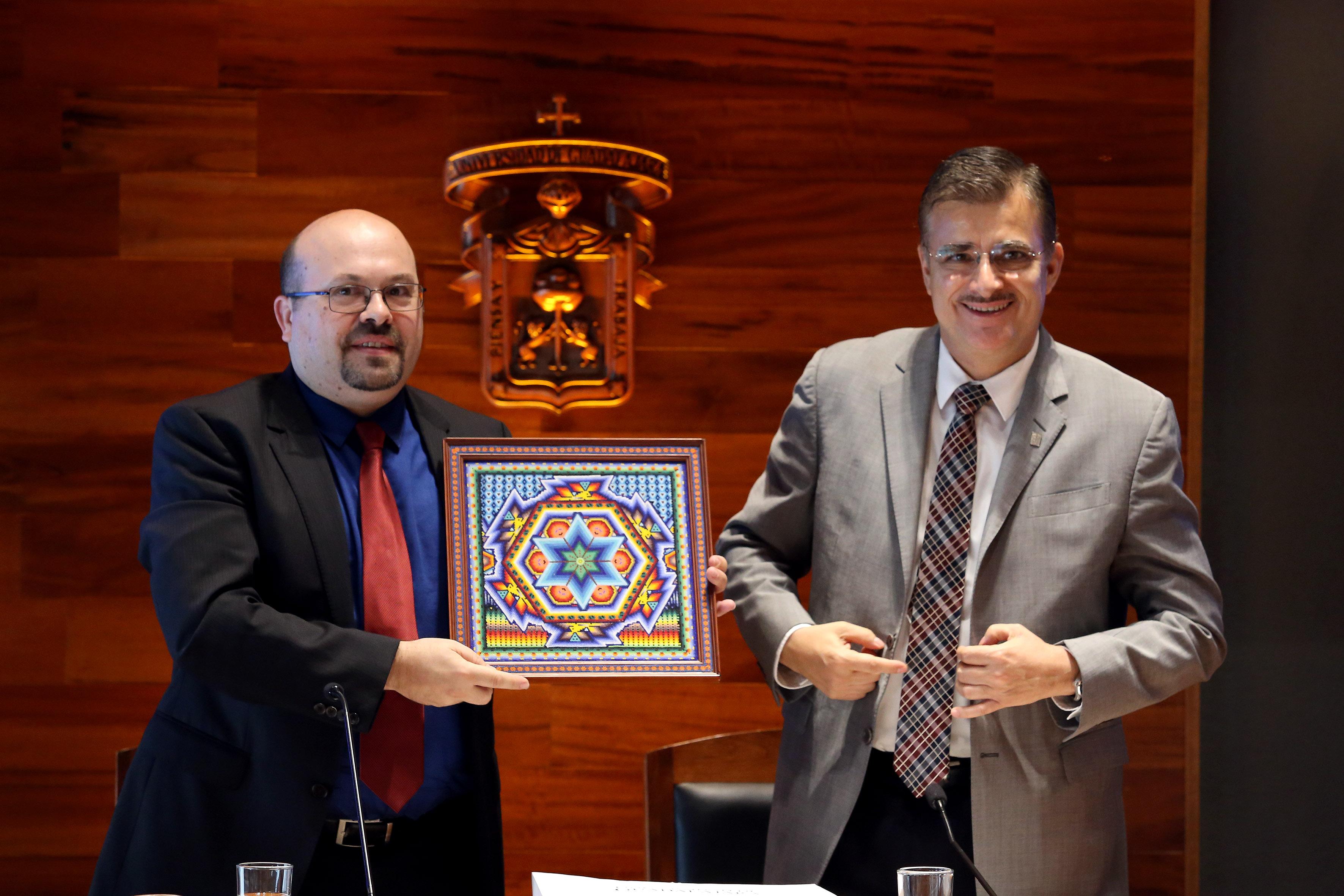 Rector General de la UdeG, maestro Itzcóatl Tonatiuh Bravo Padilla junto a Director de campus party Raúl Martín Porcel .