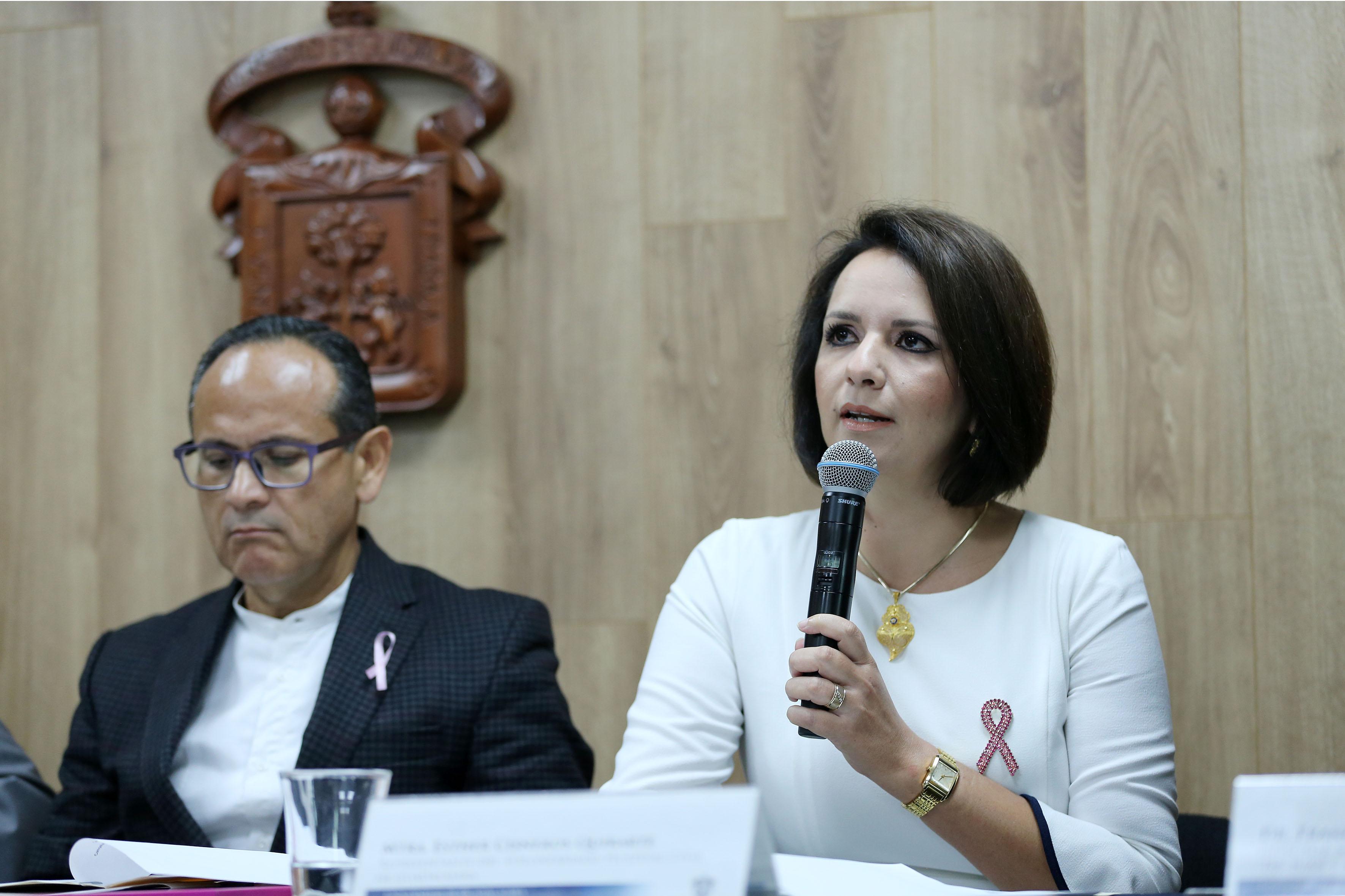 Maestra Esther Cisneros Quirarte, representante del voluntariado del Hospital Civil de Guadalajara, frente al micrófono, haciendo uso de la voz.