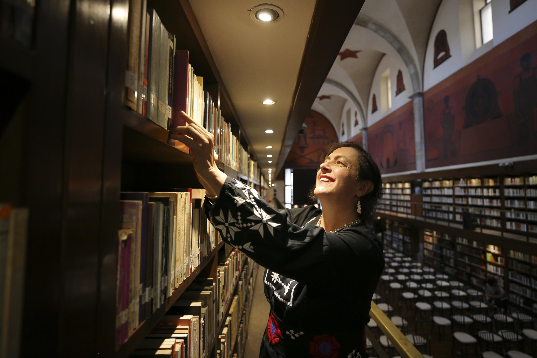 La poeta Carmen Villoro en la Biblioteca Iberoamericana Octavio Paz, de la Universidad de Guadalajara (UdeG)