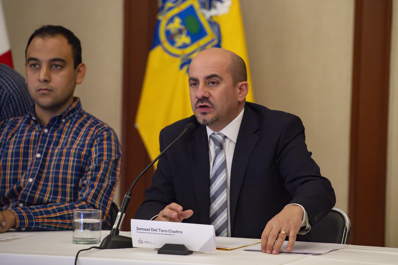 El Alcalde de Guadalajara, maestro Ismael del Toro Castro, frente al micrófono