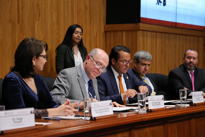 El doctor Miguel Angel Navarro firmo en la mesa de presidium el acuerdo de apoyo a la catedra
