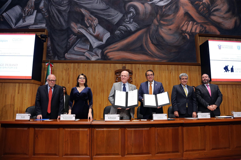 El rector General y el Presidente Municipal Interino de Zapopan muestran los acuerdos firmados