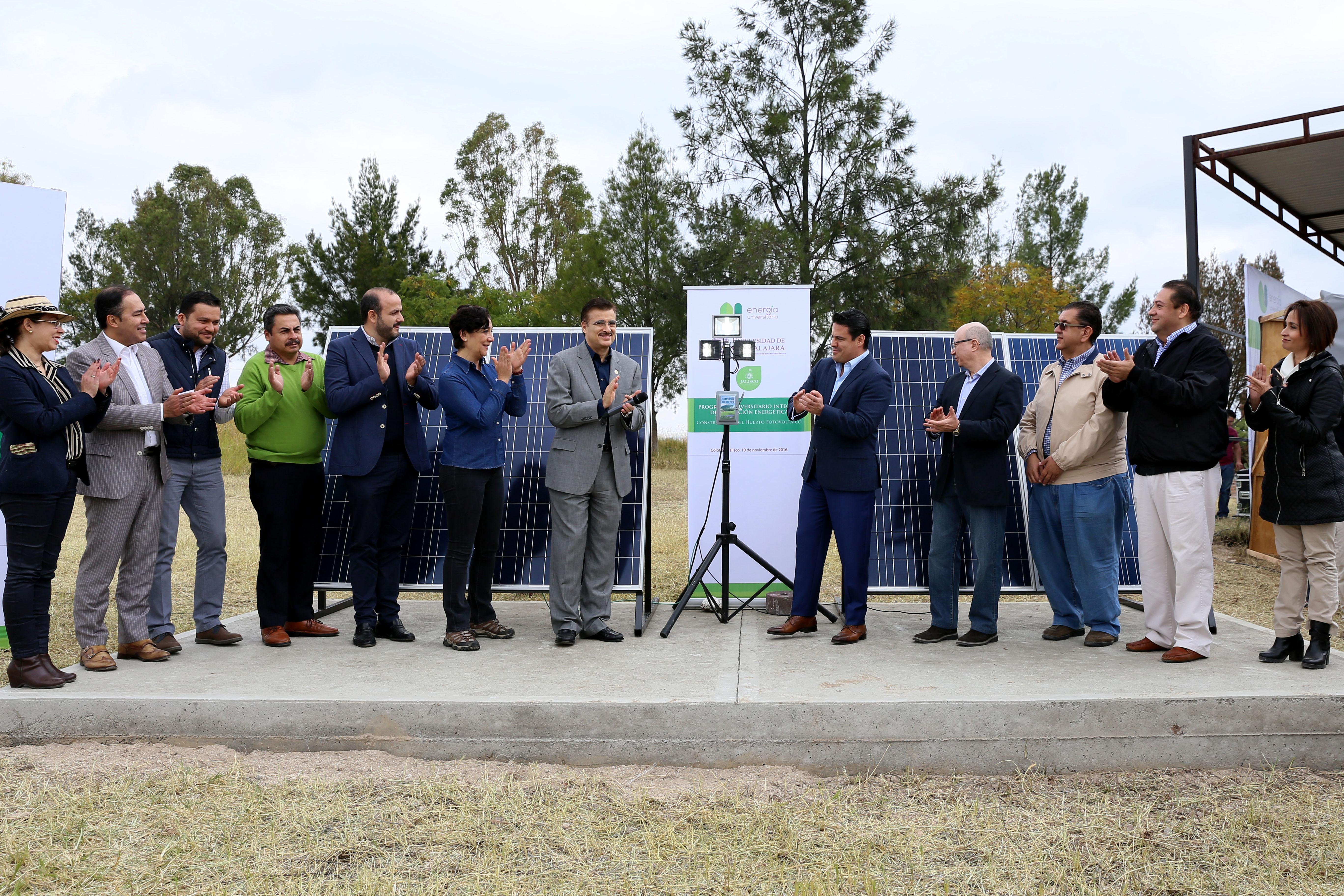 Gobernador de Jalisco, maestro Jorge Aristóteles Sandoval Díaz y Maestro Itzcóatl Tonatiuh Bravo Padilla, Rector General de la Universidad de Guadalajara, entre otras autoridades universitarias, del Gobierno y de la región, aplaudiendo el acto de inaguración de la primera planta fotovoltaica.