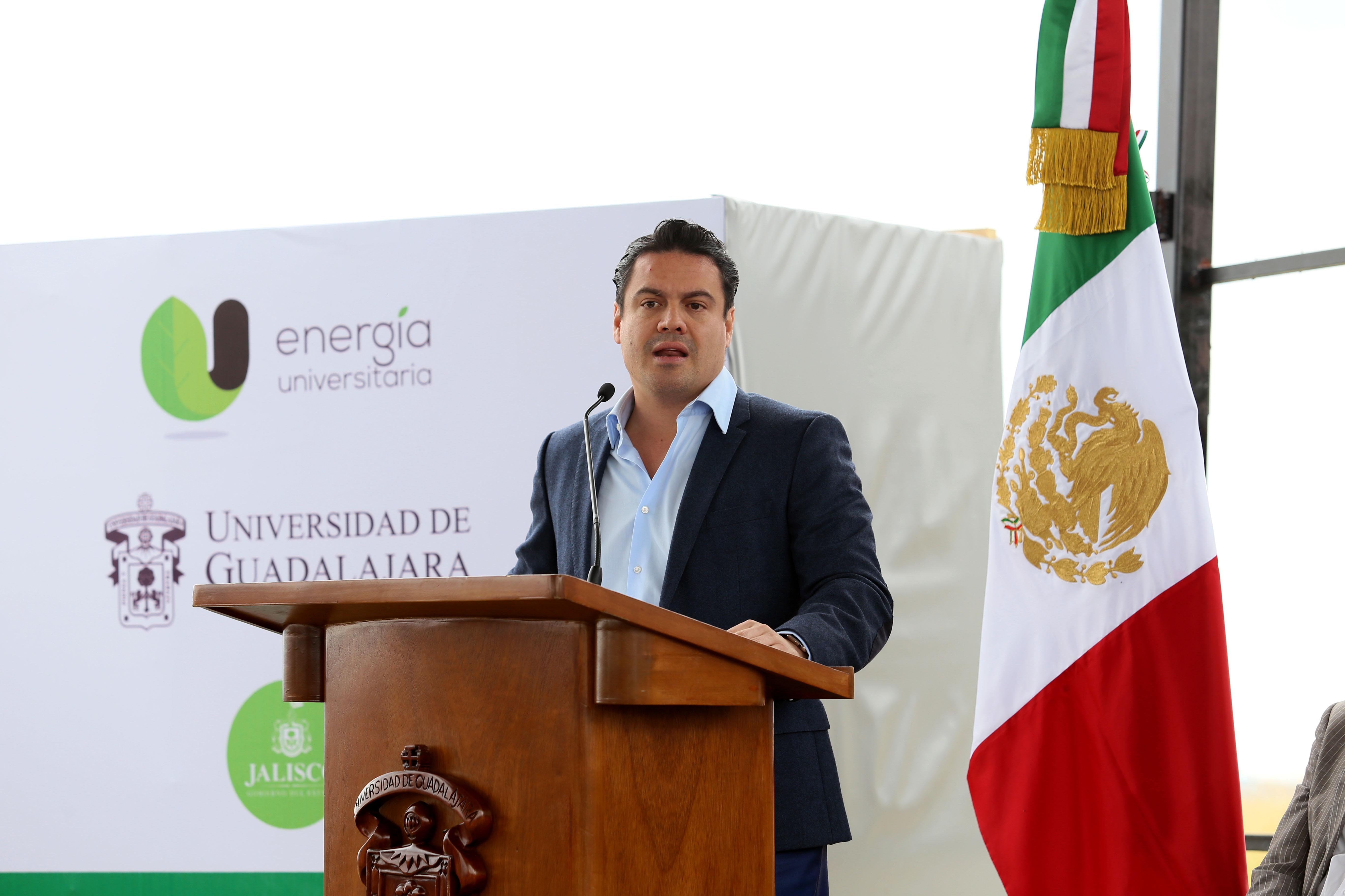 Gobernador de Jalisco, maestro Jorge Aristóteles Sandoval Díaz, con micrófono en podium haciendo uso de la palabra, durante inauguración de la primera pieza del huerto fotovoltaico.