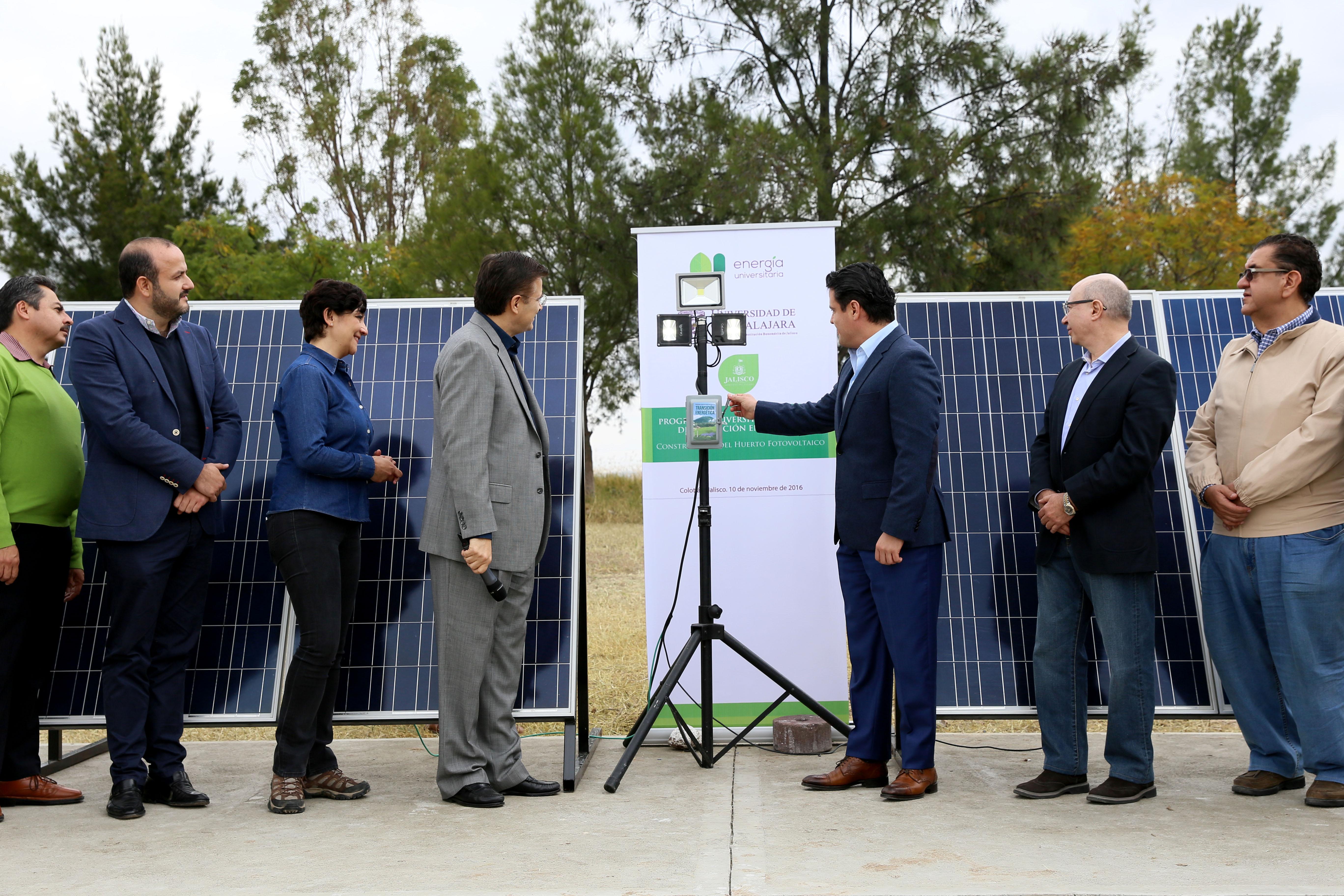 Gobernador de Jalisco, maestro Jorge Aristóteles Sandoval Díaz, inagurando un par de paneles solares para dar inicio a la primera planta fotovoltaica de la universidad de Guadalajara, como parte de su Programa Universitario Integral de Transición Energética (PUITE).