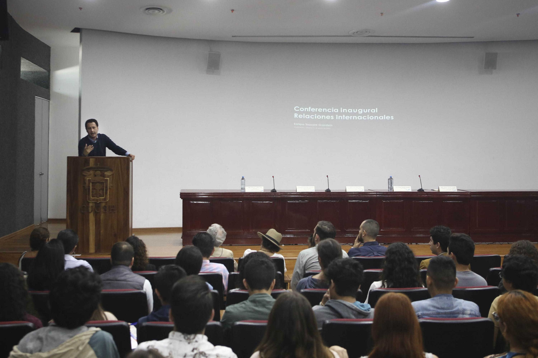 """El periodista Enrique Toussaint en la conferencia """"Las nuevas tendencias de la política internacional"""""""