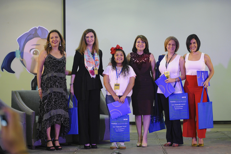 La Vicerrectora Ejecutiva, doctora Carmen Rodríguez Armenta, acompañada de las invitadas al panel Conectadas con niñas STEM, que se llevó  al marco del Festival Papirolas 2018.