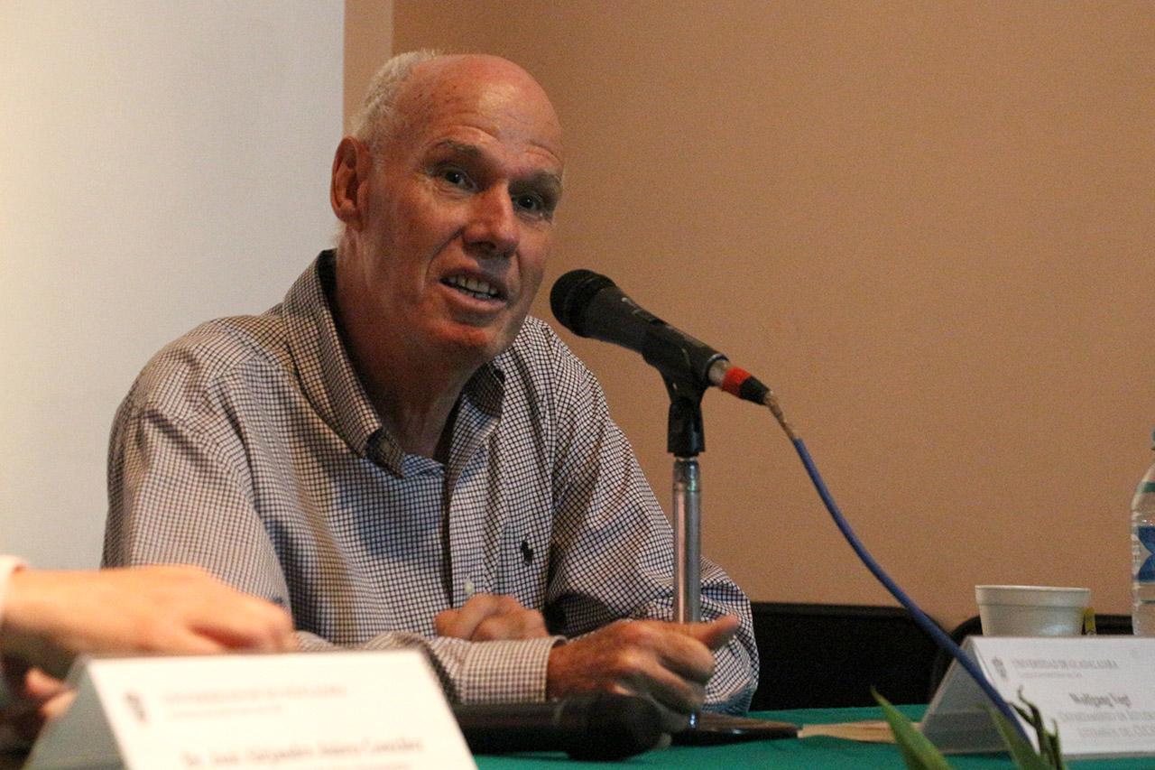 Wolfgang Vogt, académico e investigador de la Universidad de Guadalajara, con micrófono en mano, haciendo uso de la voz.