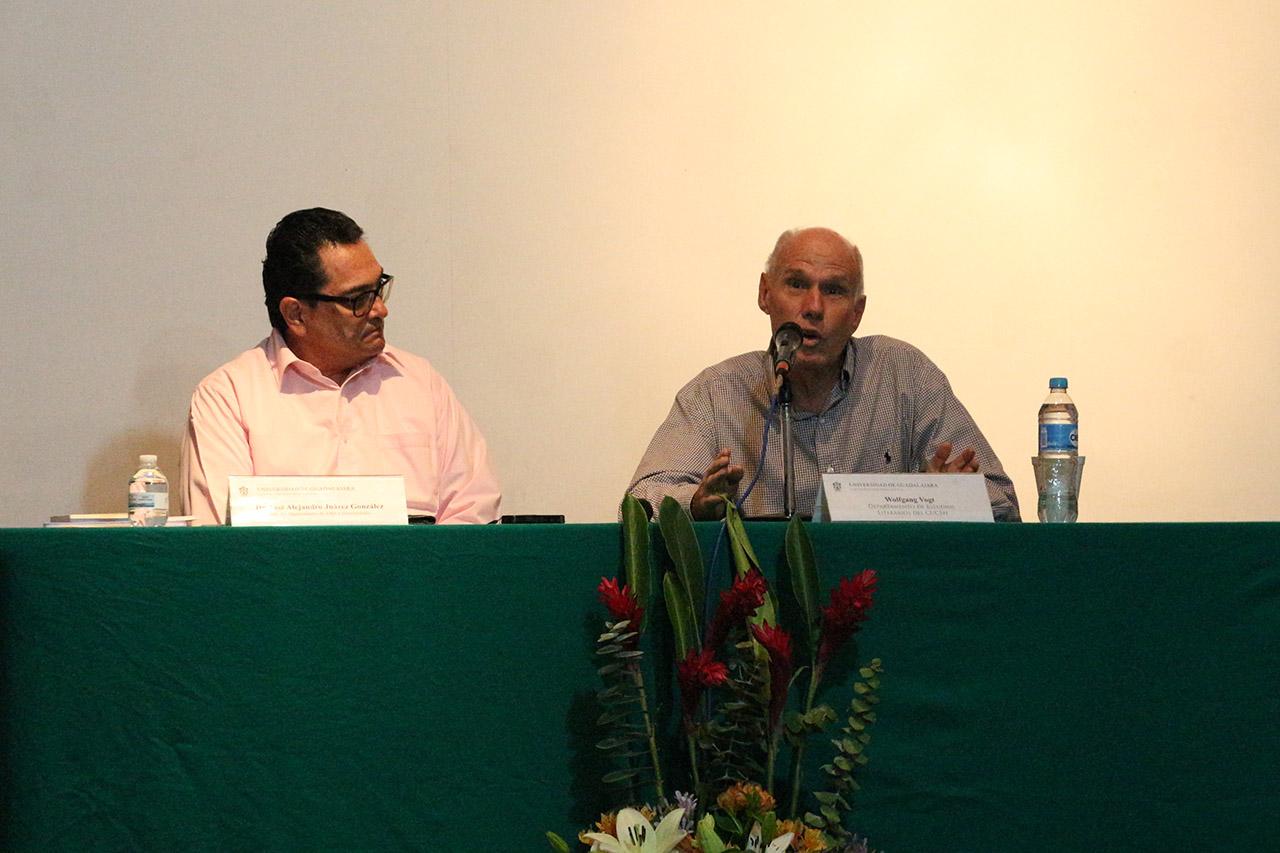 """Wolfgang Vogt, académico e investigador de la Universidad de Guadalajara, impartiendo la conferencia magistral """"Los modelos narrativos de Juan Rulfo""""."""